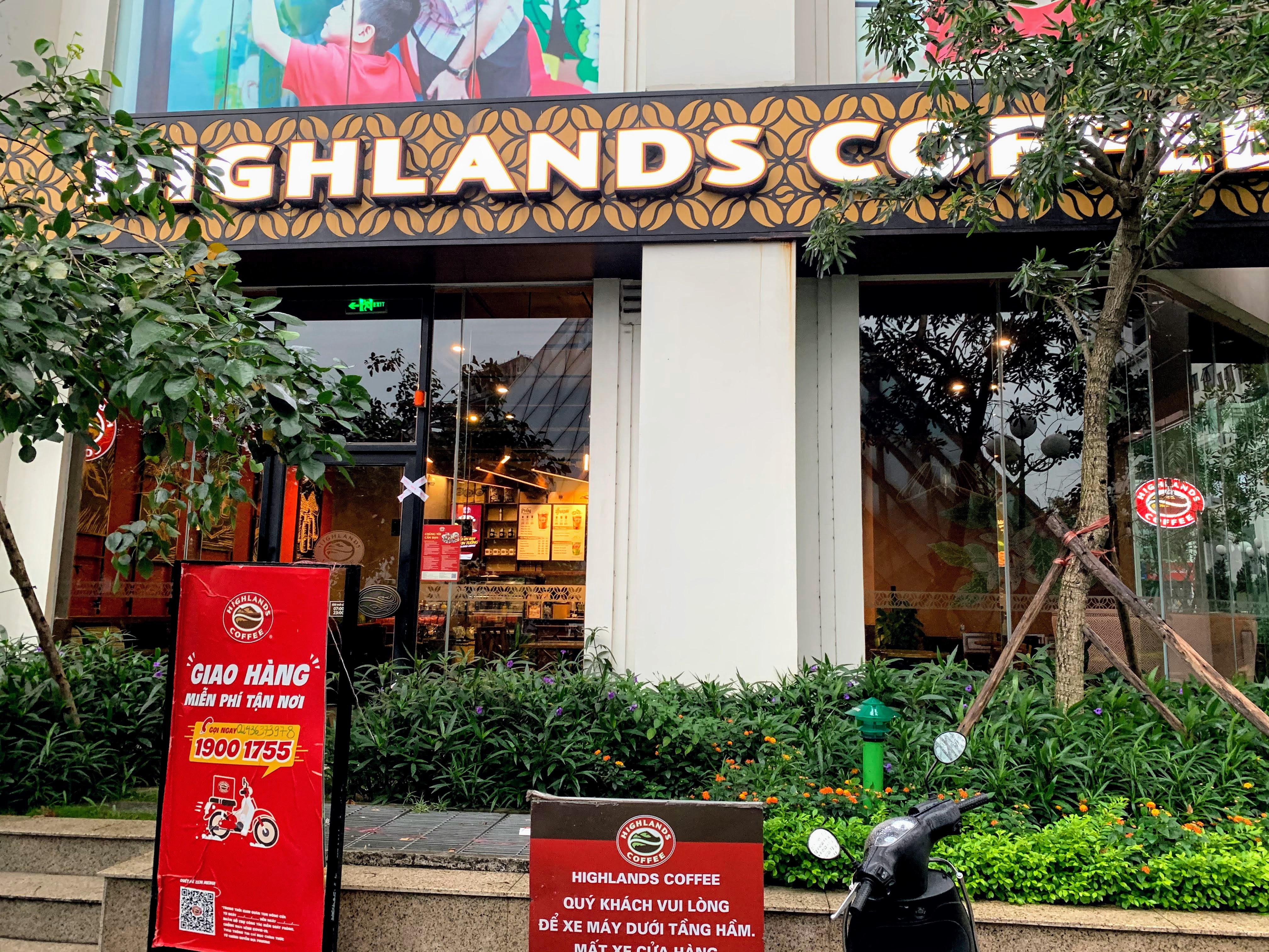 Người Hà Nội đội mưa đi ăn phở, uống cà phê sau cách li: 'Thèm quá, không chịu được' - Ảnh 9.