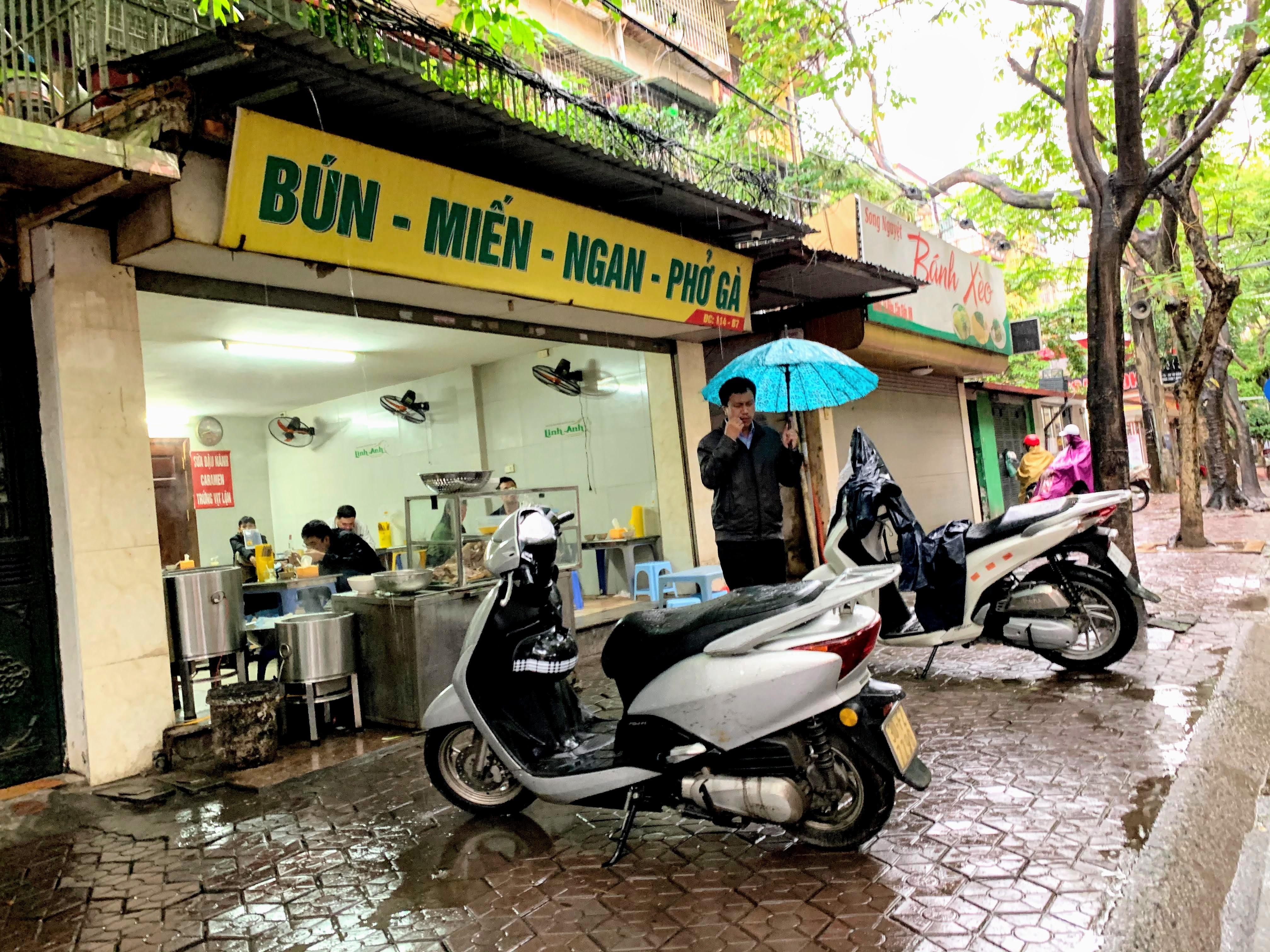 Người Hà Nội đội mưa đi ăn phở, uống cà phê sau cách li: 'Thèm quá, không chịu được' - Ảnh 2.