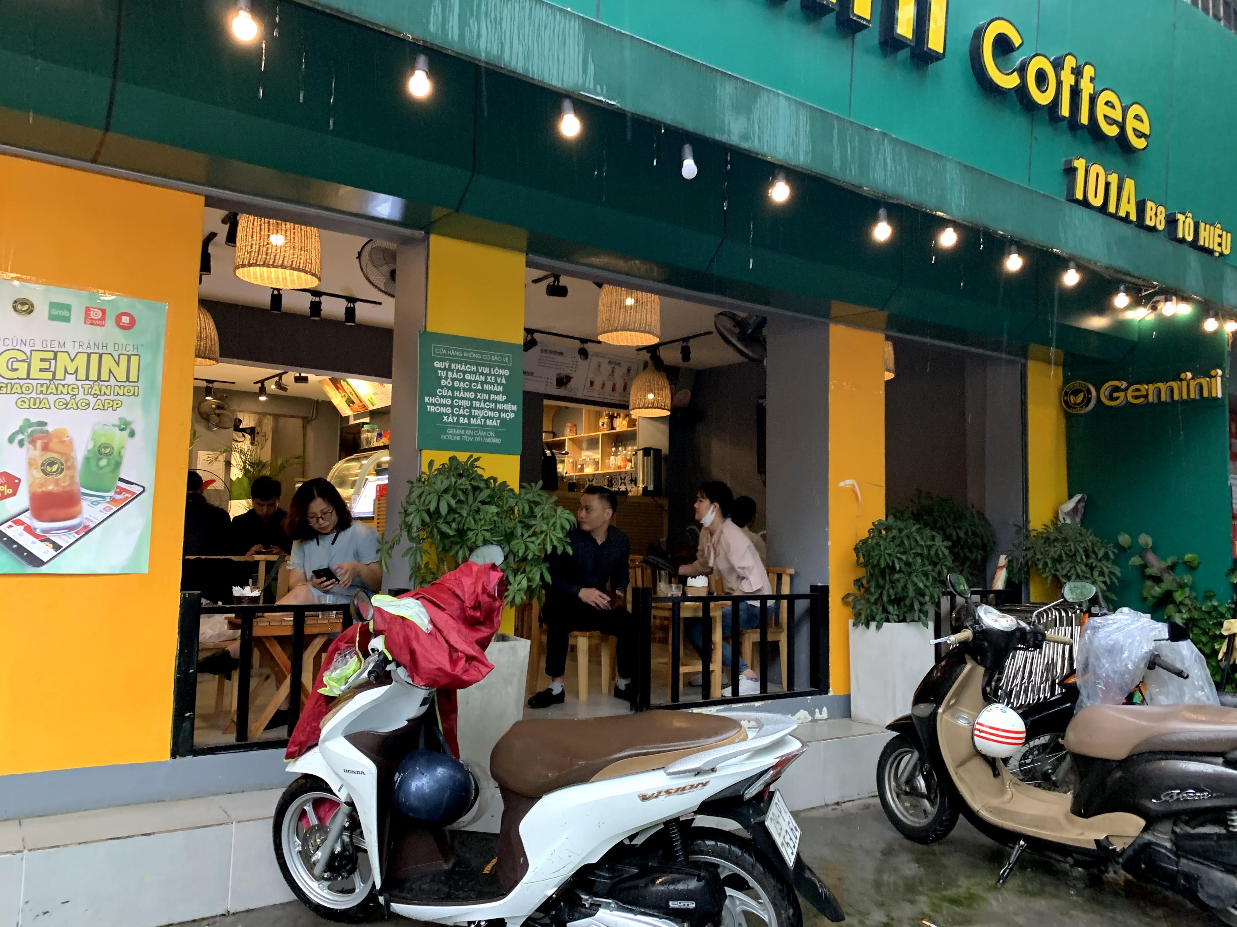 Người Hà Nội đội mưa đi ăn phở, uống cà phê sau cách li: 'Thèm quá, không chịu được' - Ảnh 8.