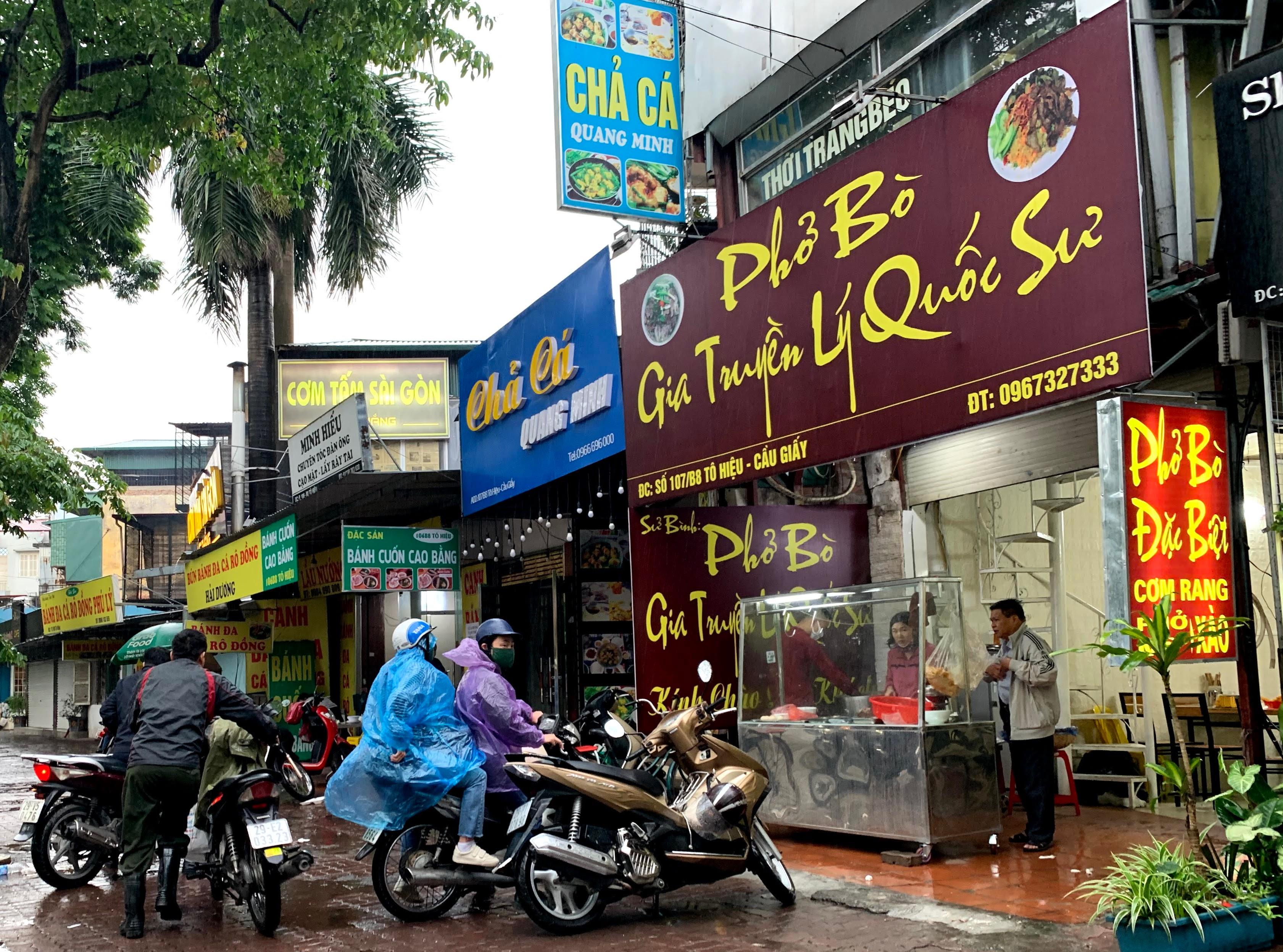 Người Hà Nội đội mưa đi ăn phở, uống cà phê sau cách li: 'Thèm quá, không chịu được' - Ảnh 1.