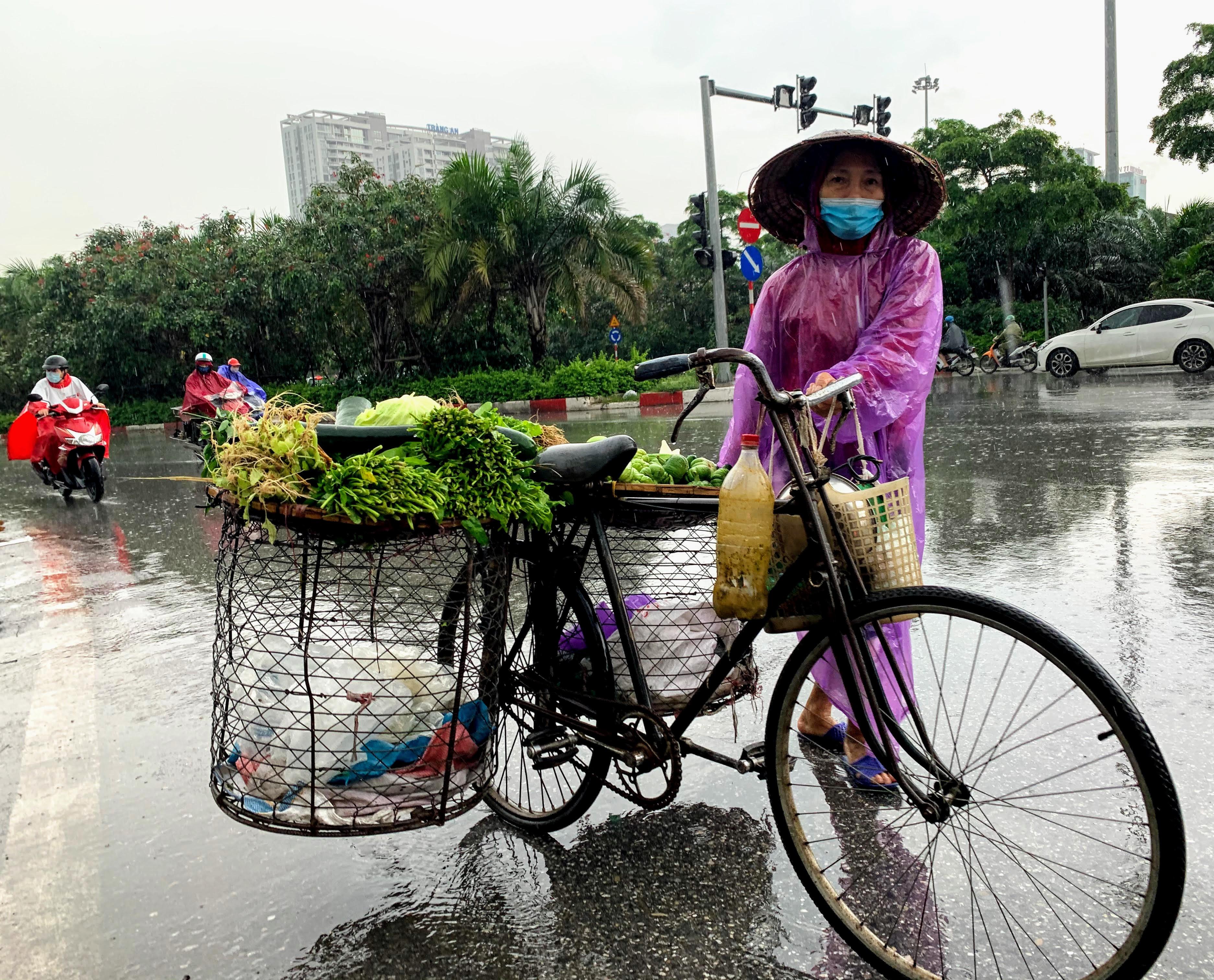 Người Hà Nội đội mưa đi ăn phở, uống cà phê sau cách li: 'Thèm quá, không chịu được' - Ảnh 11.