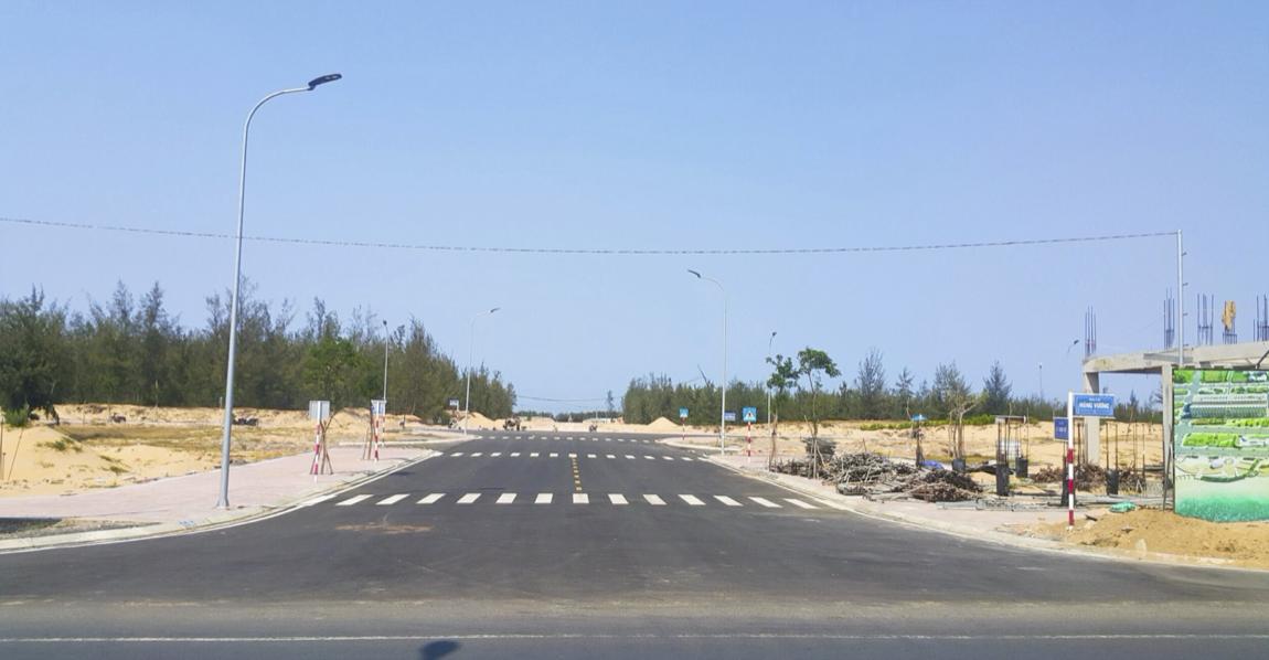 Con đường từ dự án hướng ra bãi biển Tuy Hòa. (Ảnh: ĐXMT).