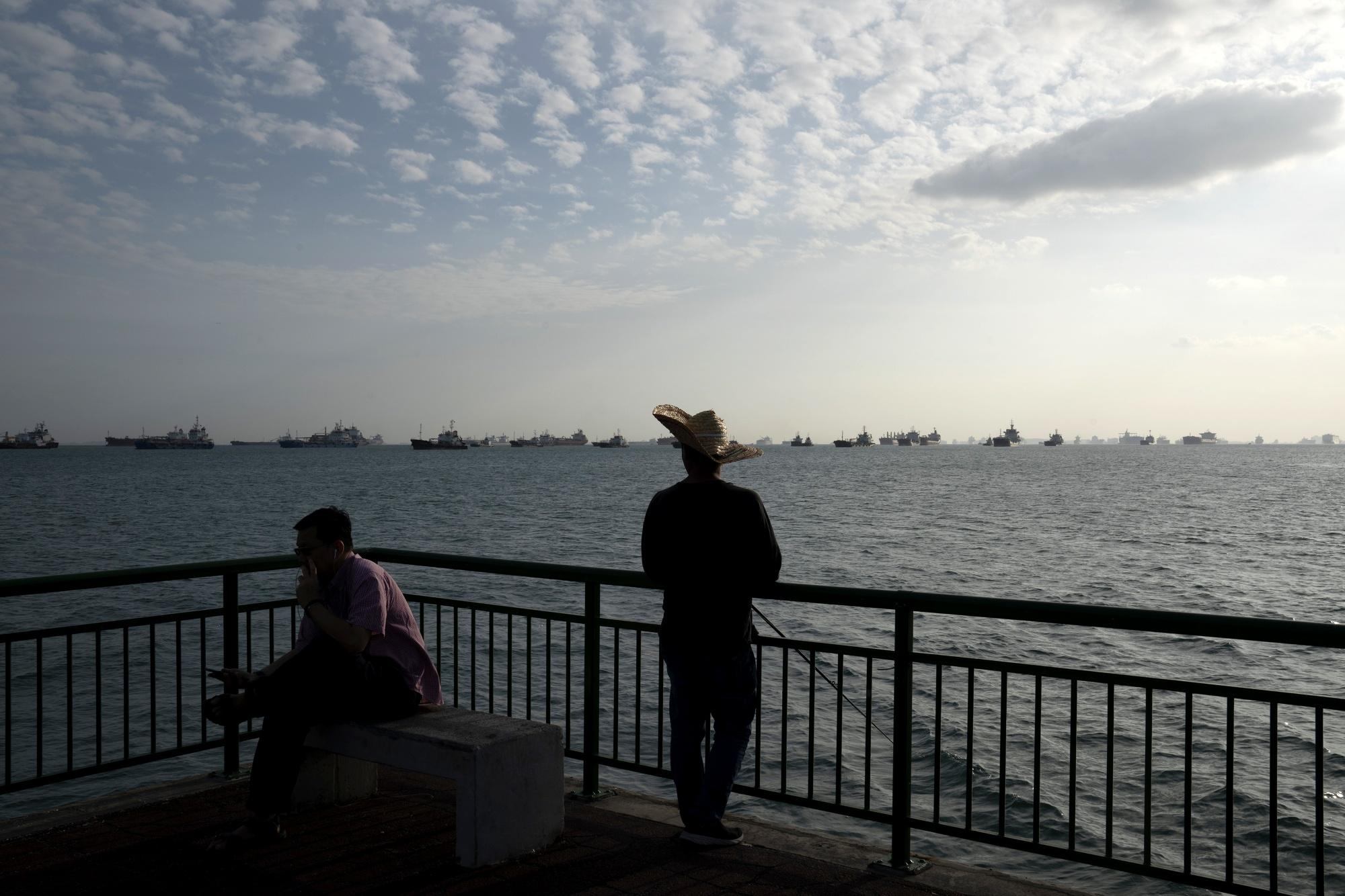 Các tàu chở nhiên liệu xếp hàng dài tại cảng Singapore nhưng không tìm được người mua - Ảnh 1.