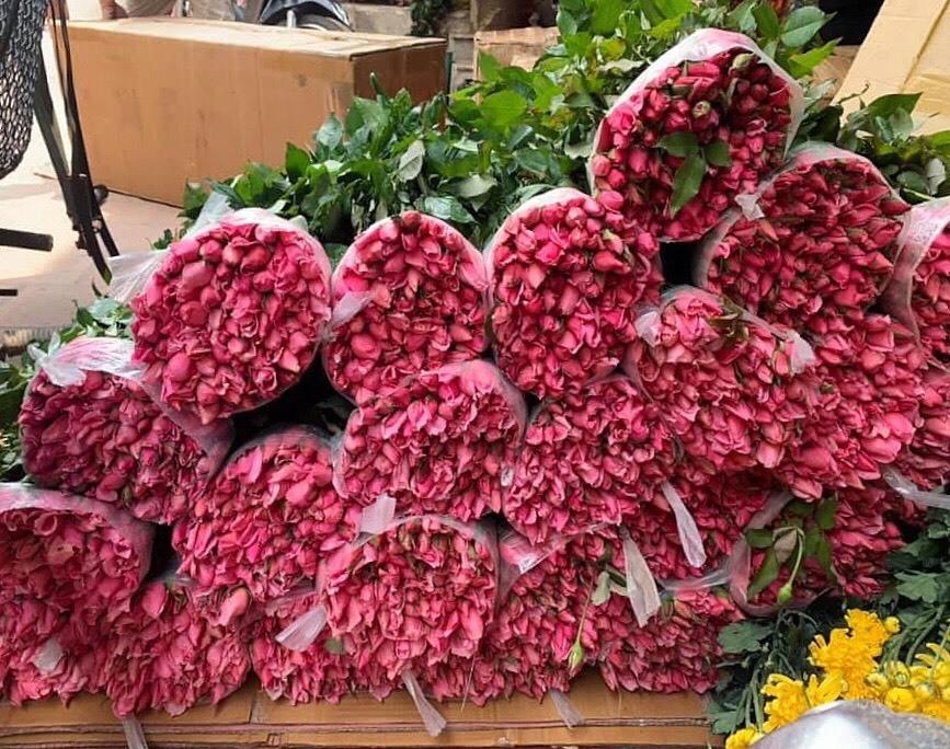 Hoa tươi tăng giá gấp 4 lần, buổi sáng bán gần 2.000 bông - Ảnh 1.