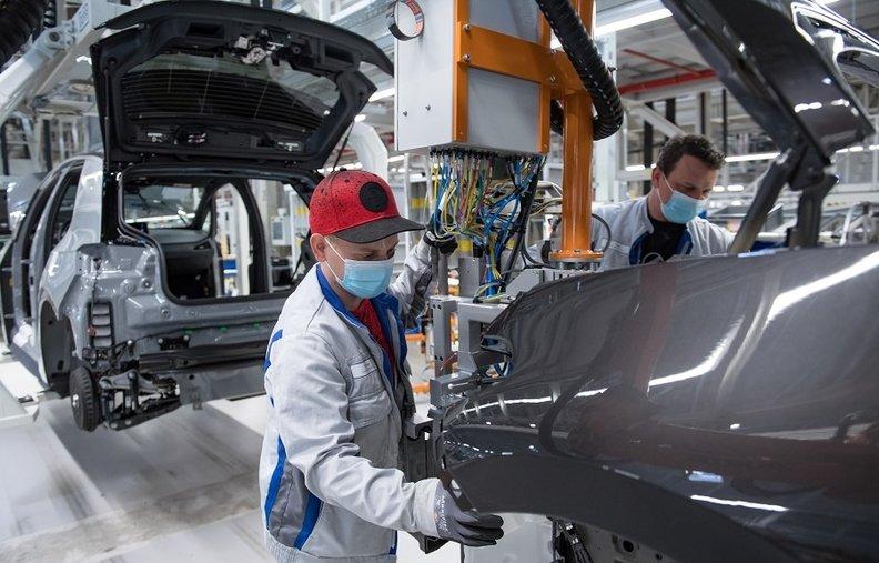 Toyota, Volkswagen và Hyundai 'rộn ràng' khởi động lại các nhà máy sản xuất ô tô ở châu Âu sau dịch Covid - 19 - Ảnh 1.