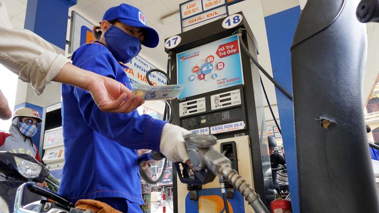 Giá xăng tiếp tục giảm mạnh chiều nay, rớt về vùng 10.000 đồng/lít - Ảnh 1.