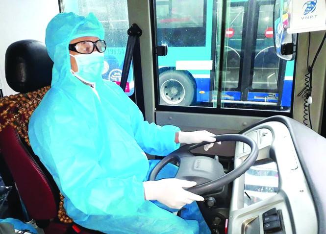 Xe buýt đưa cả nghìn người sau cách li về địa phương - Ảnh 1.