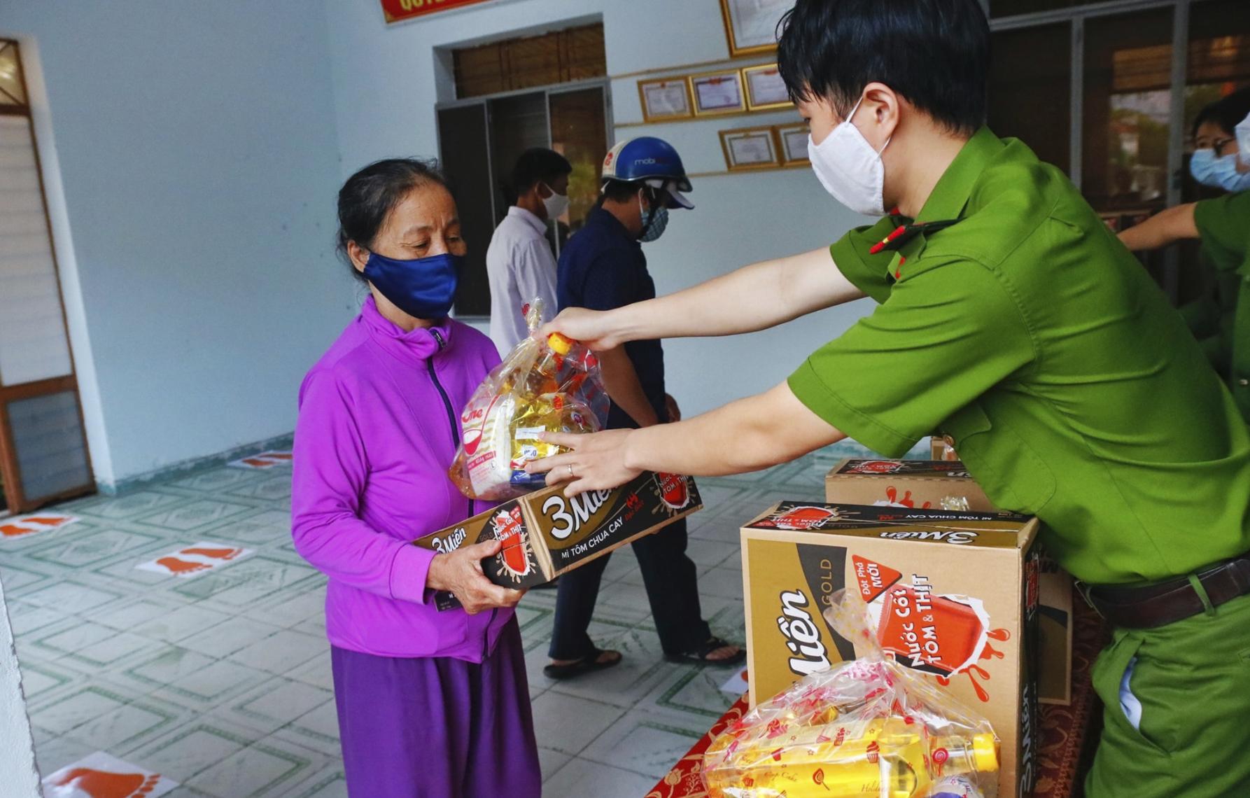 TP Đà Nẵng đang chi tiền hỗ trợ cho người dân ảnh hưởng bởi dịch Covid-19 - Ảnh 1.