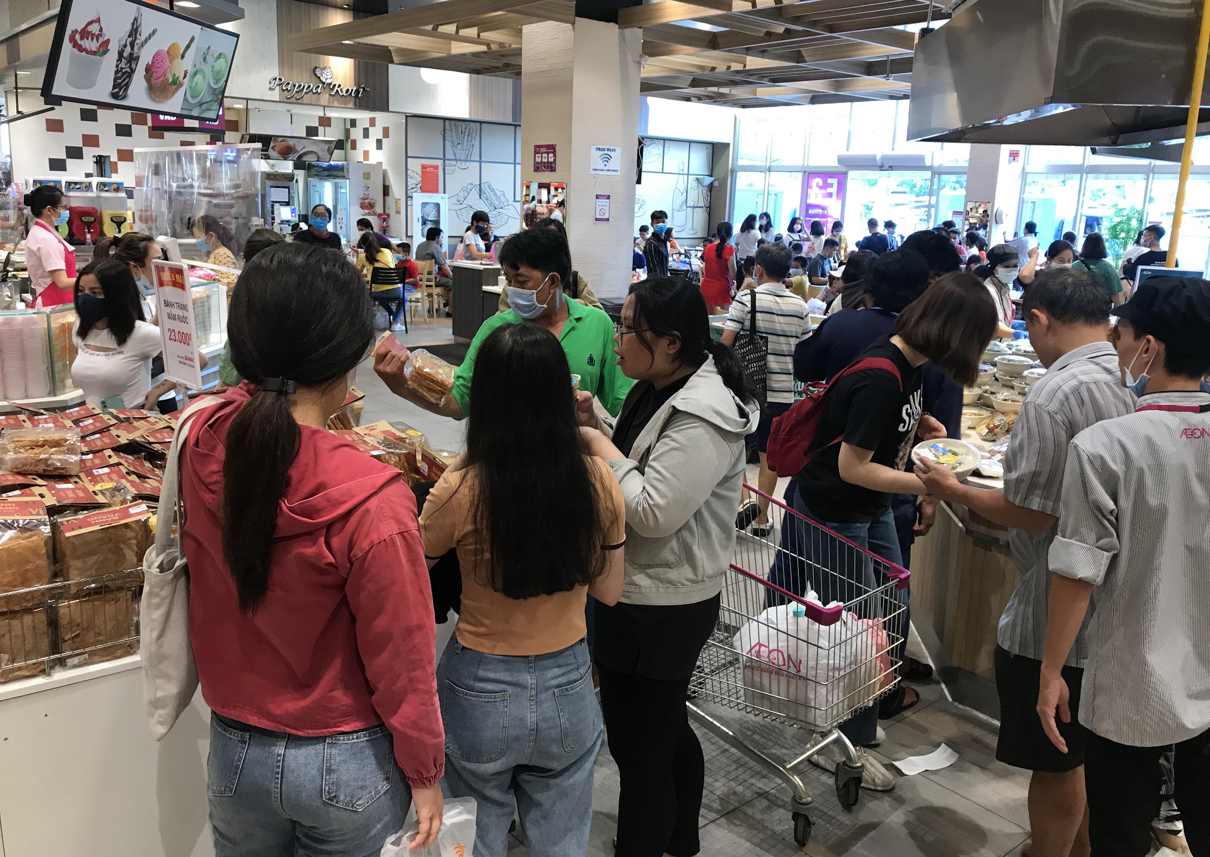 Người Sài Gòn đổ xô đi ăn lễ, nhà hàng đông kín, xếp hàng nửa tiếng mới đến lượt vào ăn - Ảnh 4.