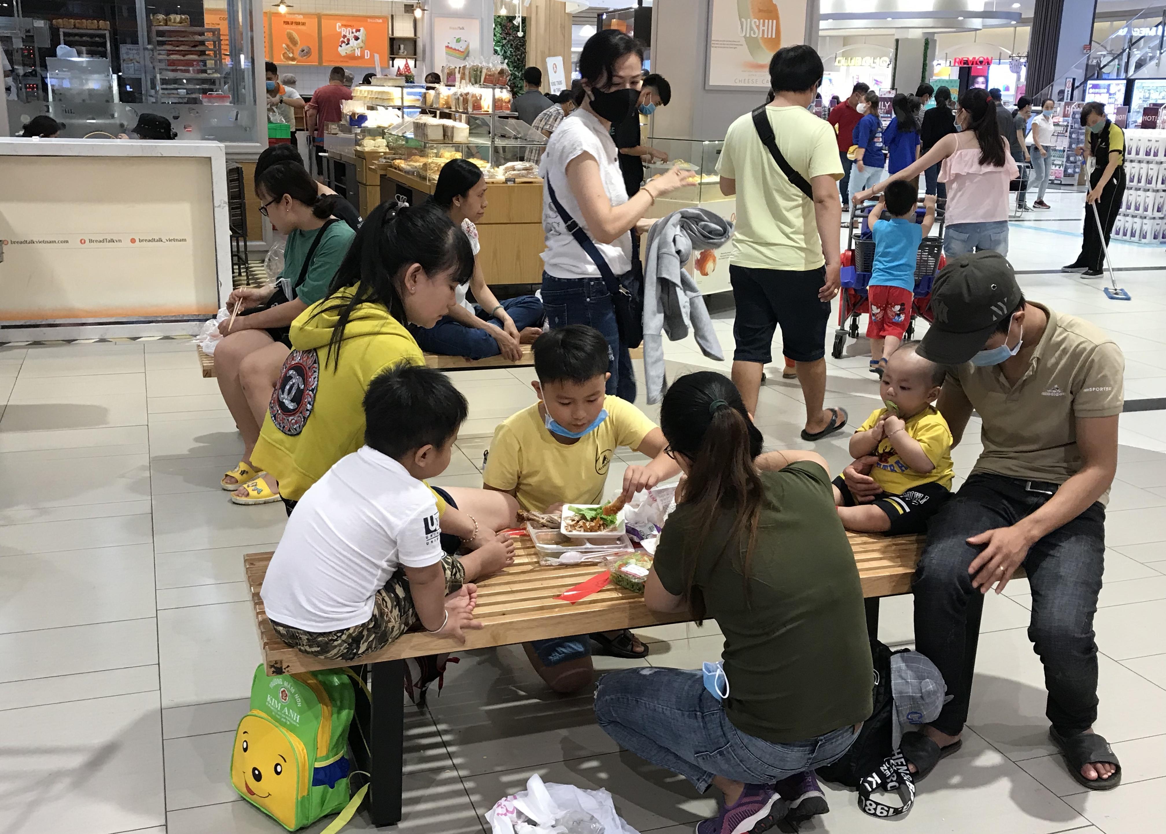 Người Sài Gòn đổ xô đi ăn lễ, nhà hàng đông kín, xếp hàng nửa tiếng mới đến lượt vào ăn - Ảnh 9.