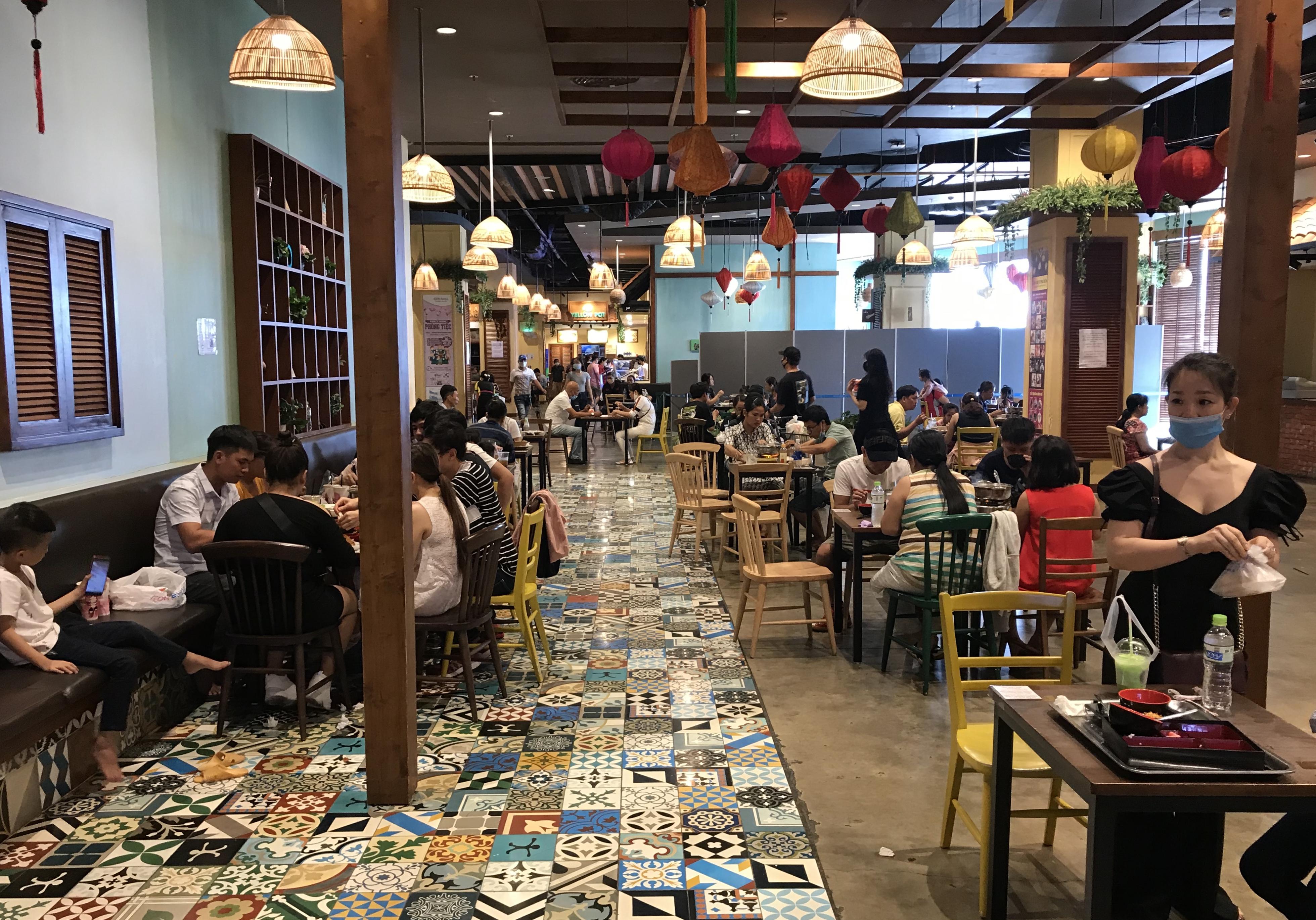 Người Sài Gòn đổ xô đi ăn lễ, nhà hàng đông kín, xếp hàng nửa tiếng mới đến lượt vào ăn - Ảnh 10.