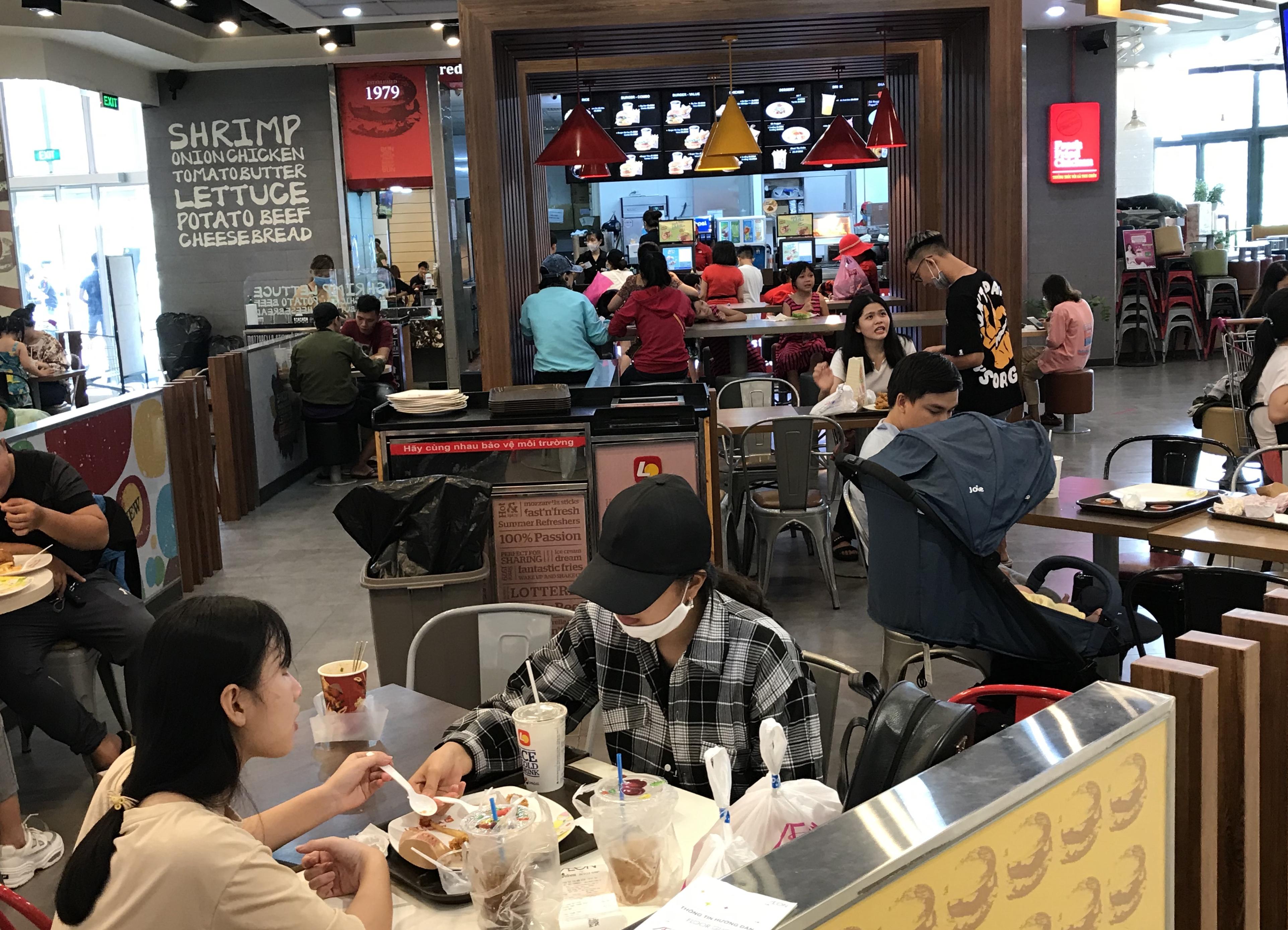 Người Sài Gòn đổ xô đi ăn lễ, nhà hàng đông kín, xếp hàng nửa tiếng mới đến lượt vào ăn - Ảnh 11.