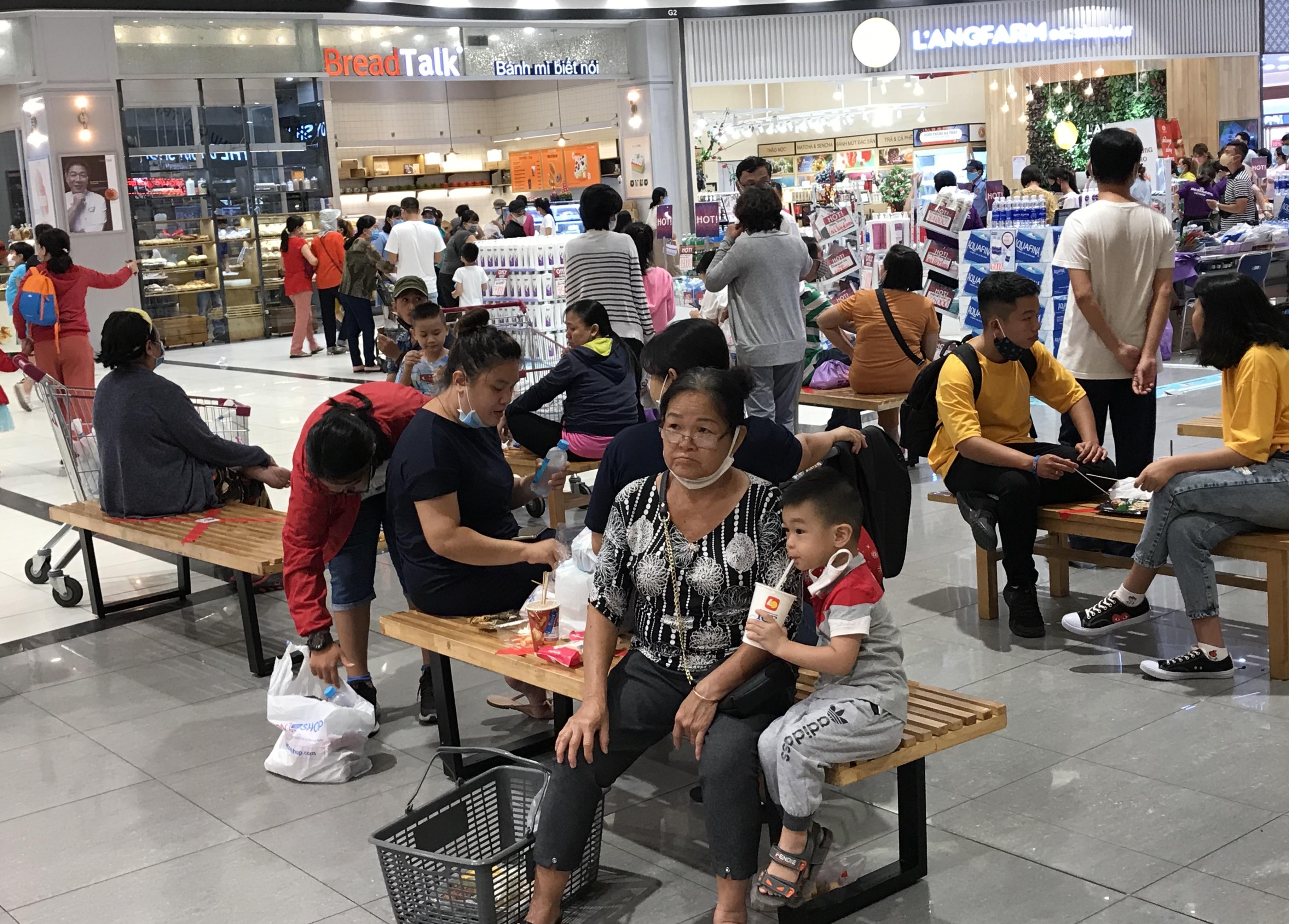 Người Sài Gòn đổ xô đi ăn lễ, nhà hàng đông kín, xếp hàng nửa tiếng mới đến lượt vào ăn - Ảnh 8.