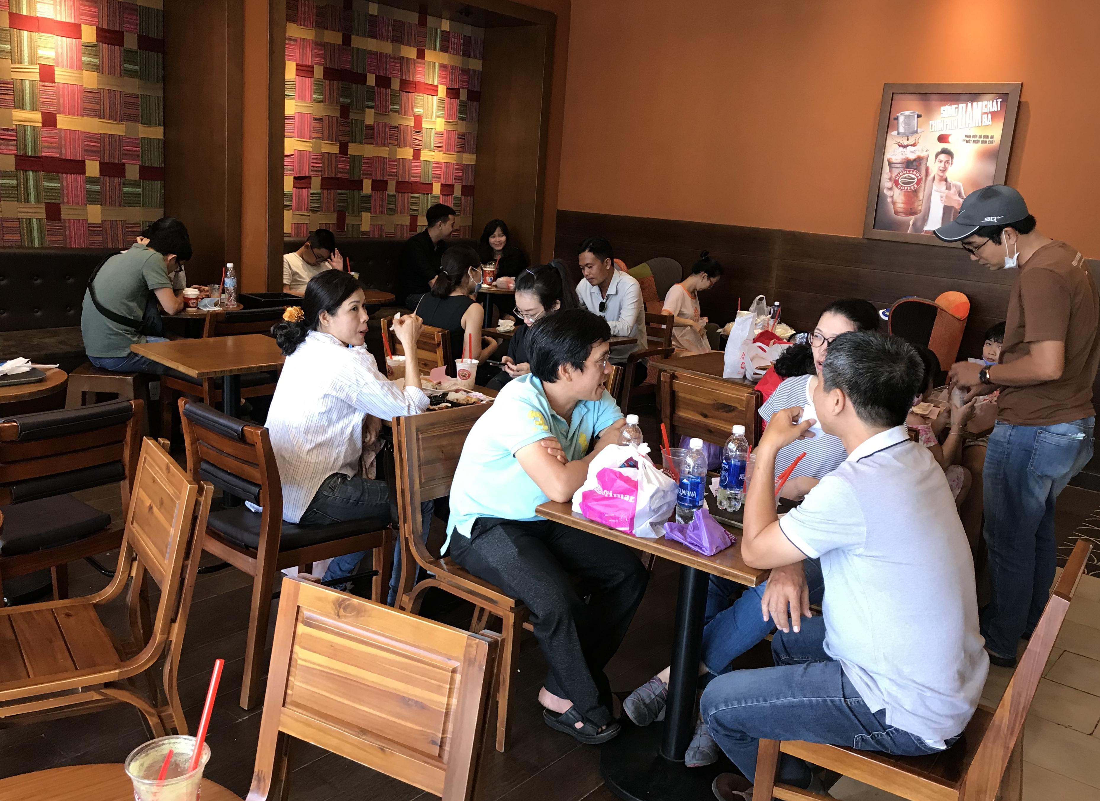 Người Sài Gòn đổ xô đi ăn lễ, nhà hàng đông kín, xếp hàng nửa tiếng mới đến lượt vào ăn - Ảnh 12.