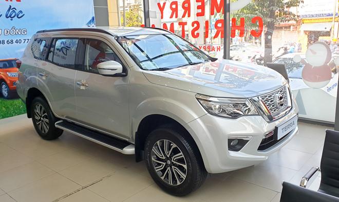 9 mẫu ô tô đang giảm giá hàng trăm triệu đồng tại Việt Nam - Ảnh 1.