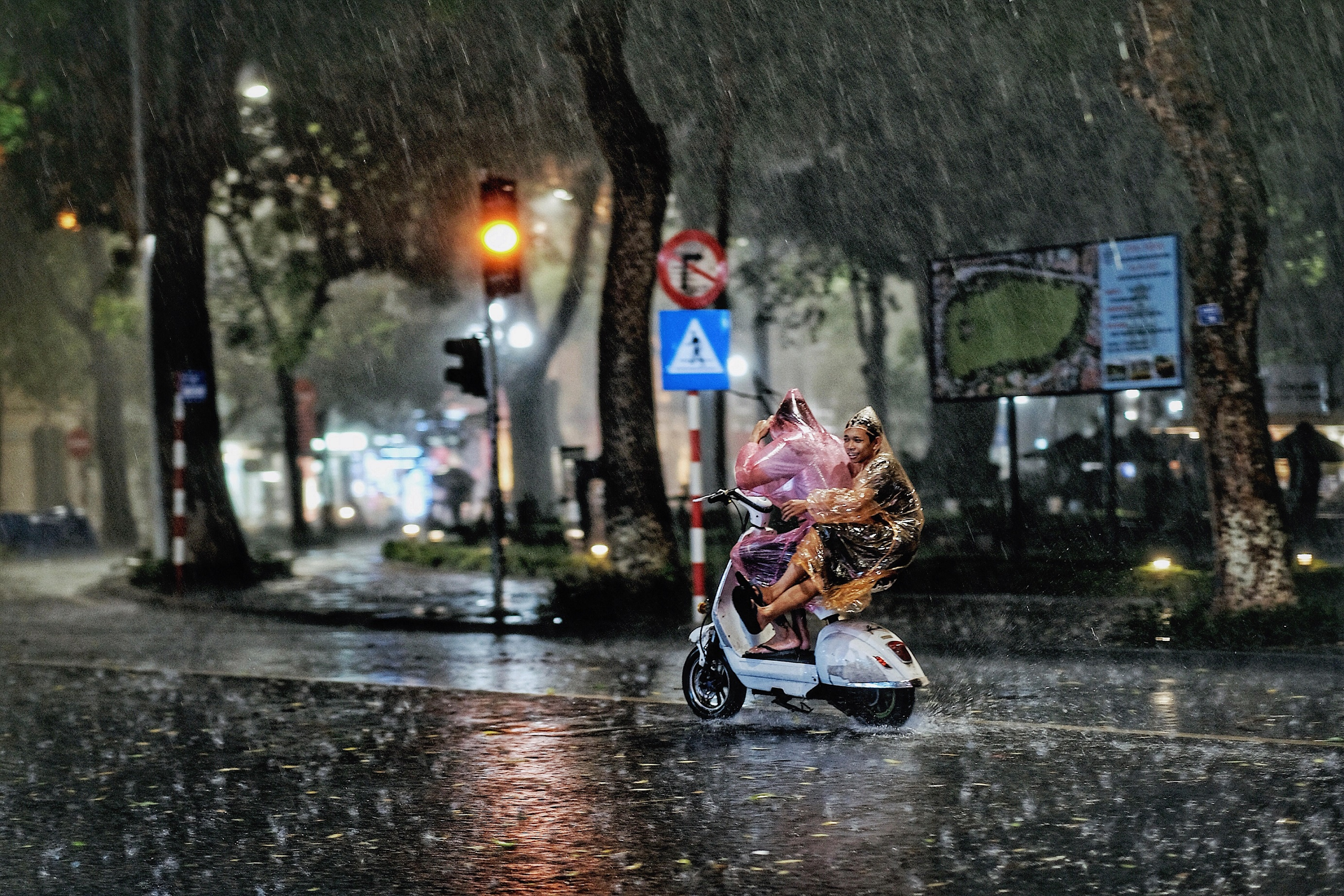 Dự báo thời tiết Đà Nẵng và các vùng cả nước hôm nay (12/5): Hà Nội mưa to, TP HCM nắng nóng gay gắt - Ảnh 1.