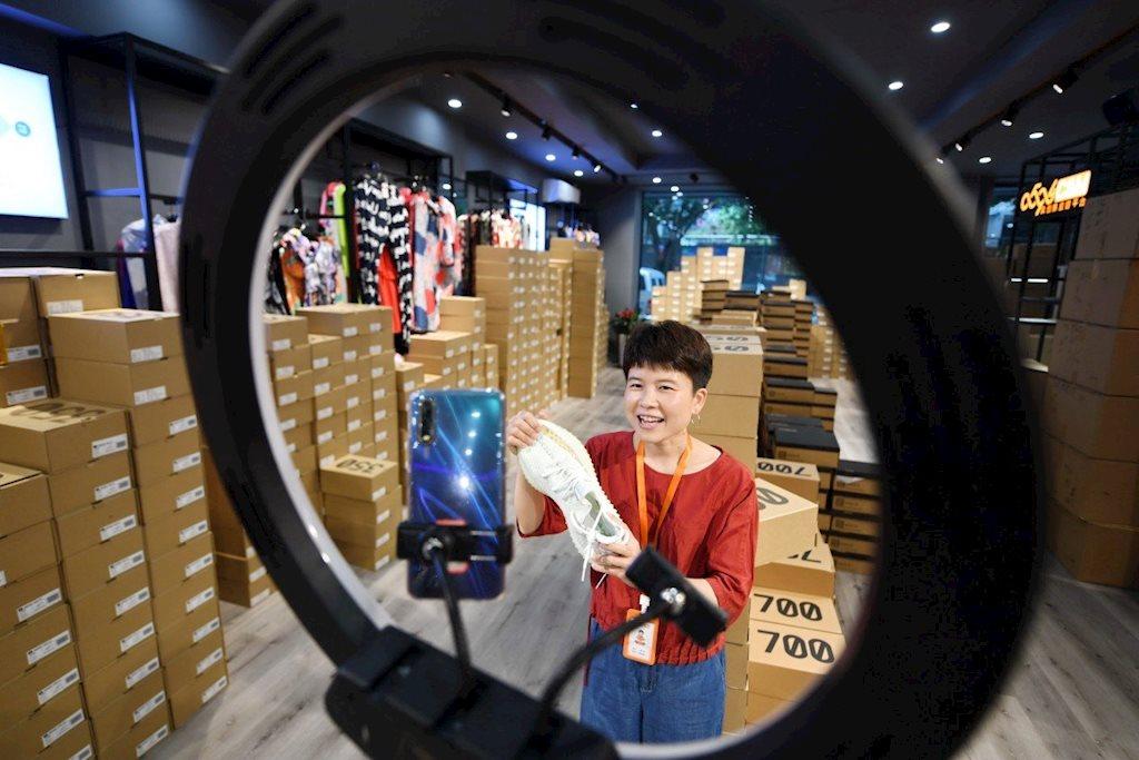 Trung Quốc chính thức công nhận bán hàng livestream là một nghề - Ảnh 1.