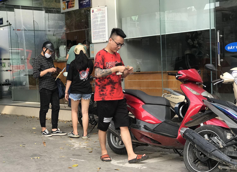Người dân cuống cuồng, 'rồng rắn' xếp hàng đi mua bảo hiểm xe máy, ô tô - Ảnh 5.
