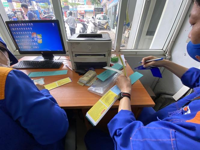Người dân Hà Nội xếp hàng mua bảo hiểm xe máy - Ảnh 2.