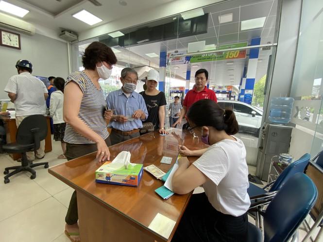 Người dân Hà Nội xếp hàng mua bảo hiểm xe máy - Ảnh 6.