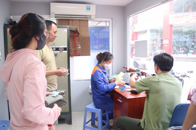 Người dân Hà Nội xếp hàng mua bảo hiểm xe máy - Ảnh 9.