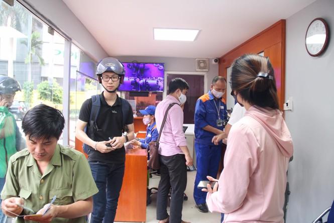 Người dân Hà Nội xếp hàng mua bảo hiểm xe máy - Ảnh 8.