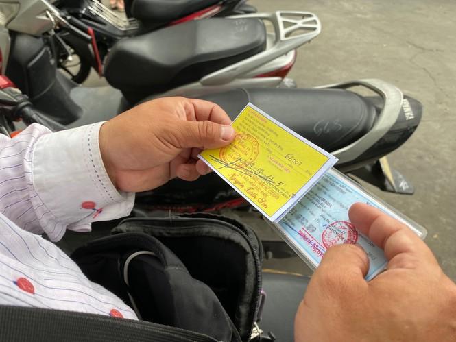 Người dân Hà Nội xếp hàng mua bảo hiểm xe máy - Ảnh 4.