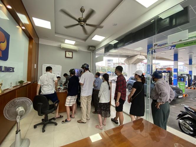 Người dân Hà Nội xếp hàng mua bảo hiểm xe máy - Ảnh 5.