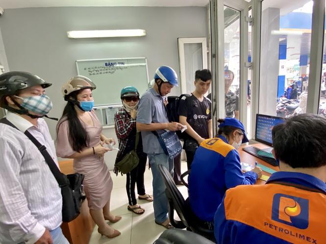 Người dân Hà Nội xếp hàng mua bảo hiểm xe máy - Ảnh 1.