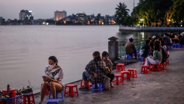 Nhà báo Mỹ viết về cuộc sống sau cách li tại Hà Nội: Thành phố tràn ngập tiếng cười khi nhịp sống được nối lại - Ảnh 2.