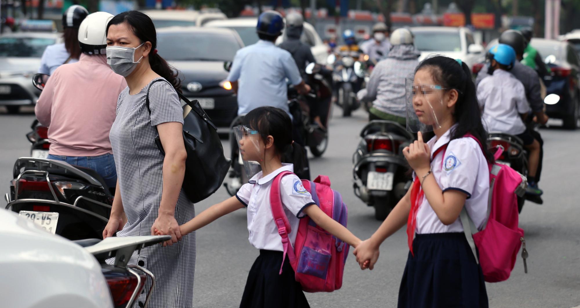 Trở lại trường, học sinh cần lưu ý những vật dụng có nguy cơ bị bám nhiều vi khuẩn nhất để tránh dịch bệnh  - Ảnh 1.