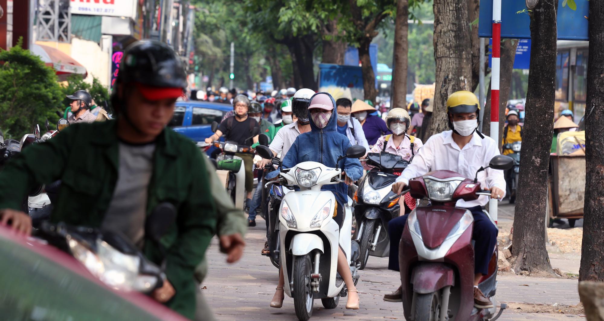 Chật vật qua nút giao Hoàng Quốc Việt - Nguyễn Văn Huyên đang xây cầu vượt - Ảnh 10.