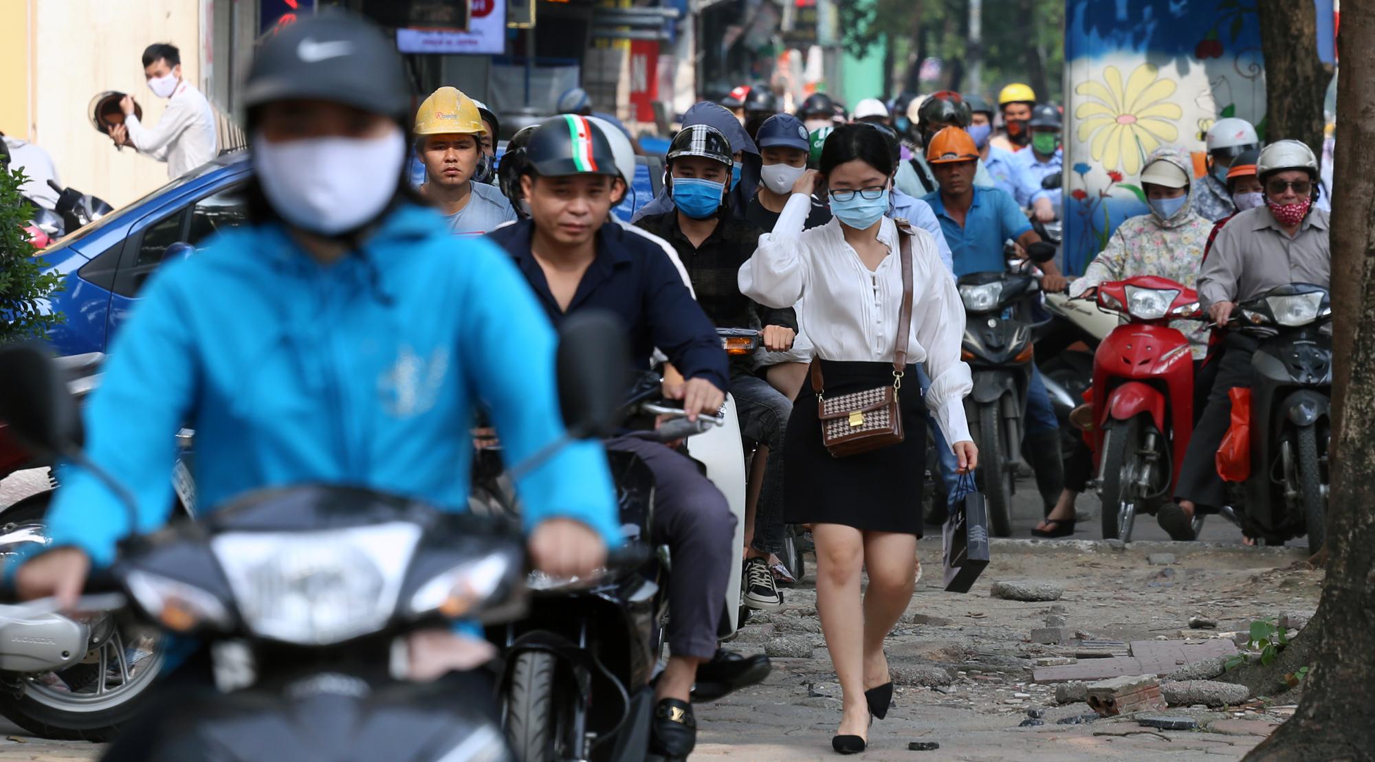 Chật vật qua nút giao Hoàng Quốc Việt - Nguyễn Văn Huyên đang xây cầu vượt - Ảnh 11.