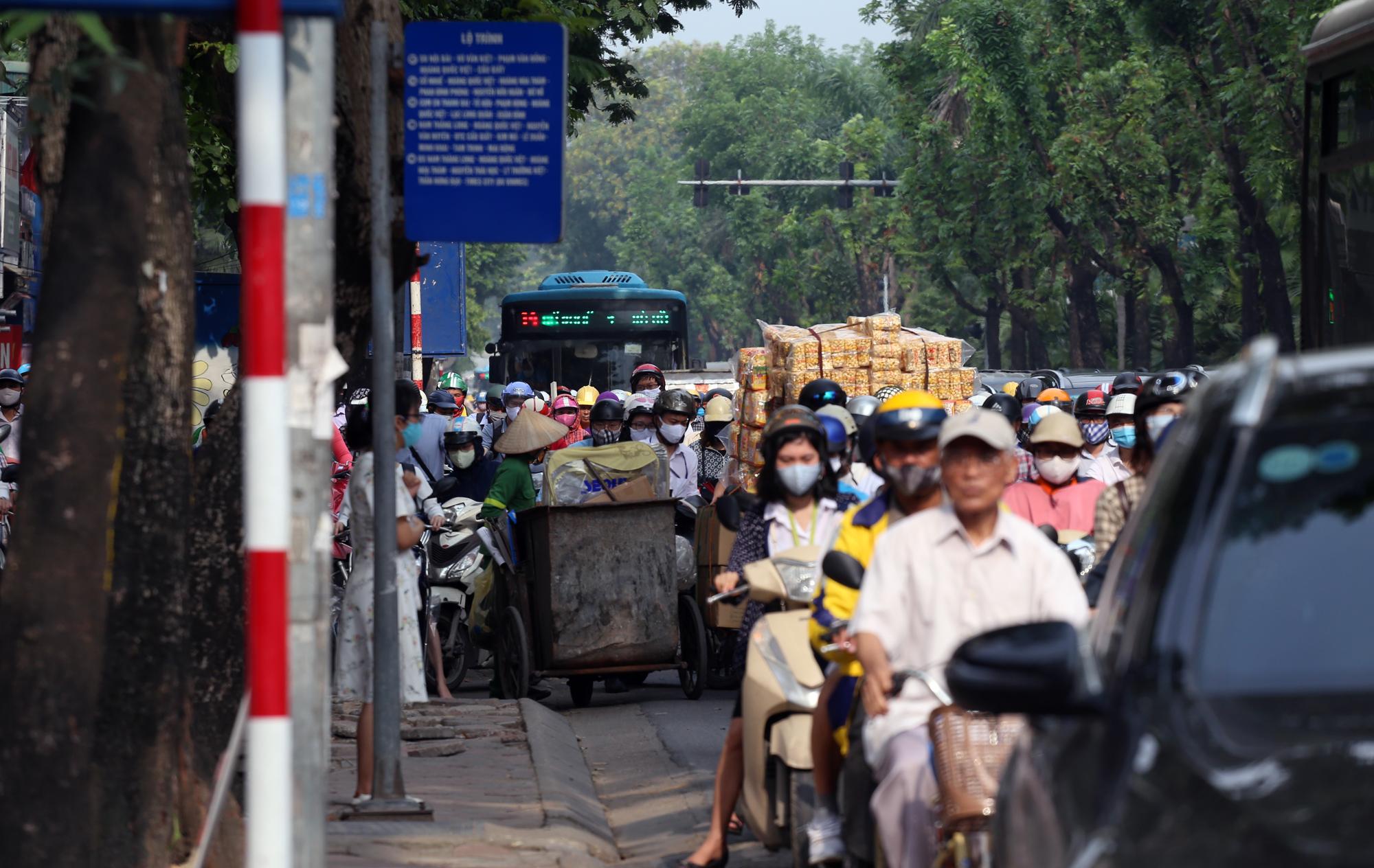Chật vật qua nút giao Hoàng Quốc Việt - Nguyễn Văn Huyên đang xây cầu vượt - Ảnh 12.