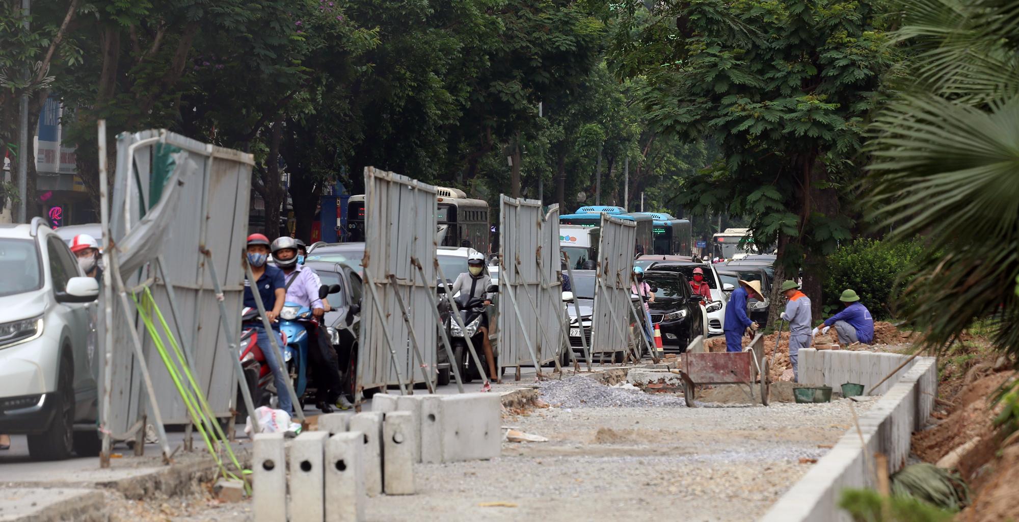 Chật vật qua nút giao Hoàng Quốc Việt - Nguyễn Văn Huyên đang xây cầu vượt - Ảnh 14.