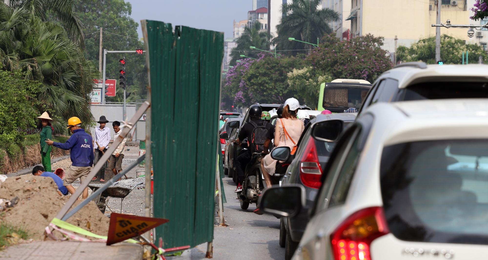Chật vật qua nút giao Hoàng Quốc Việt - Nguyễn Văn Huyên đang xây cầu vượt - Ảnh 16.