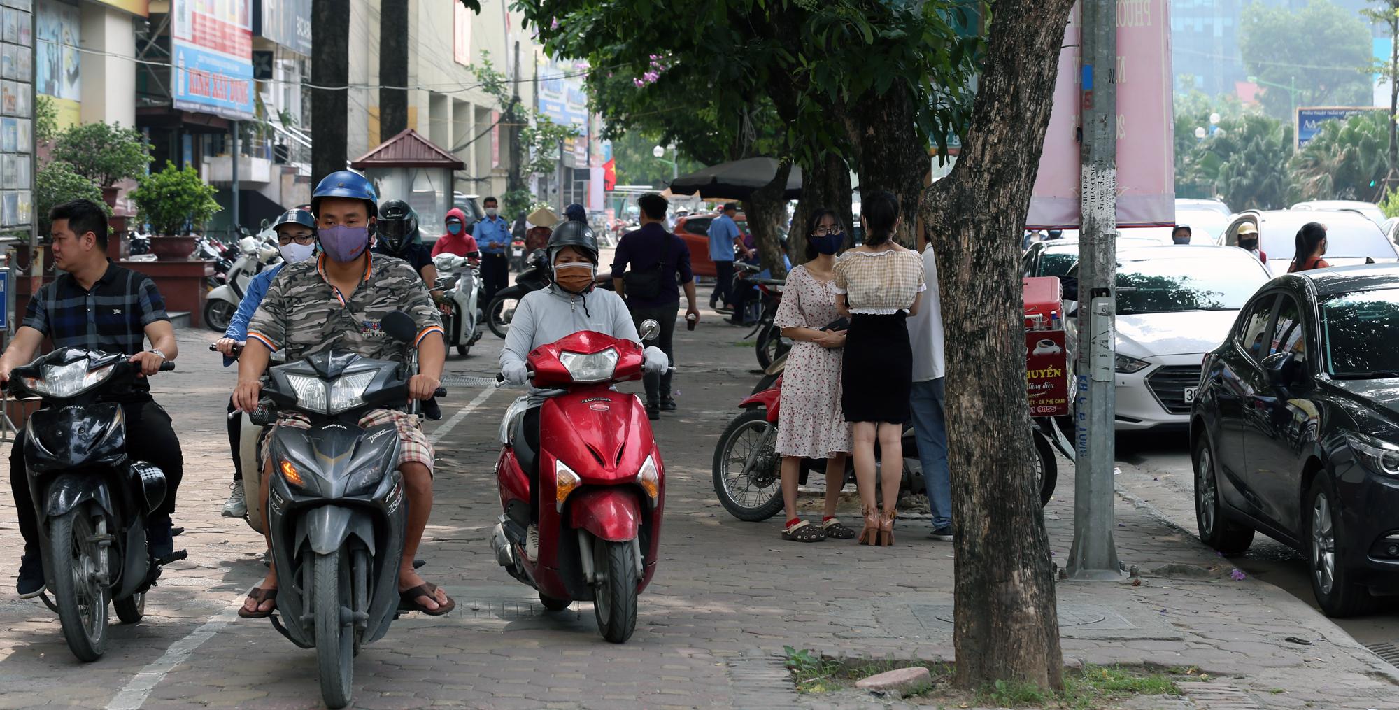 Chật vật qua nút giao Hoàng Quốc Việt - Nguyễn Văn Huyên đang xây cầu vượt - Ảnh 17.