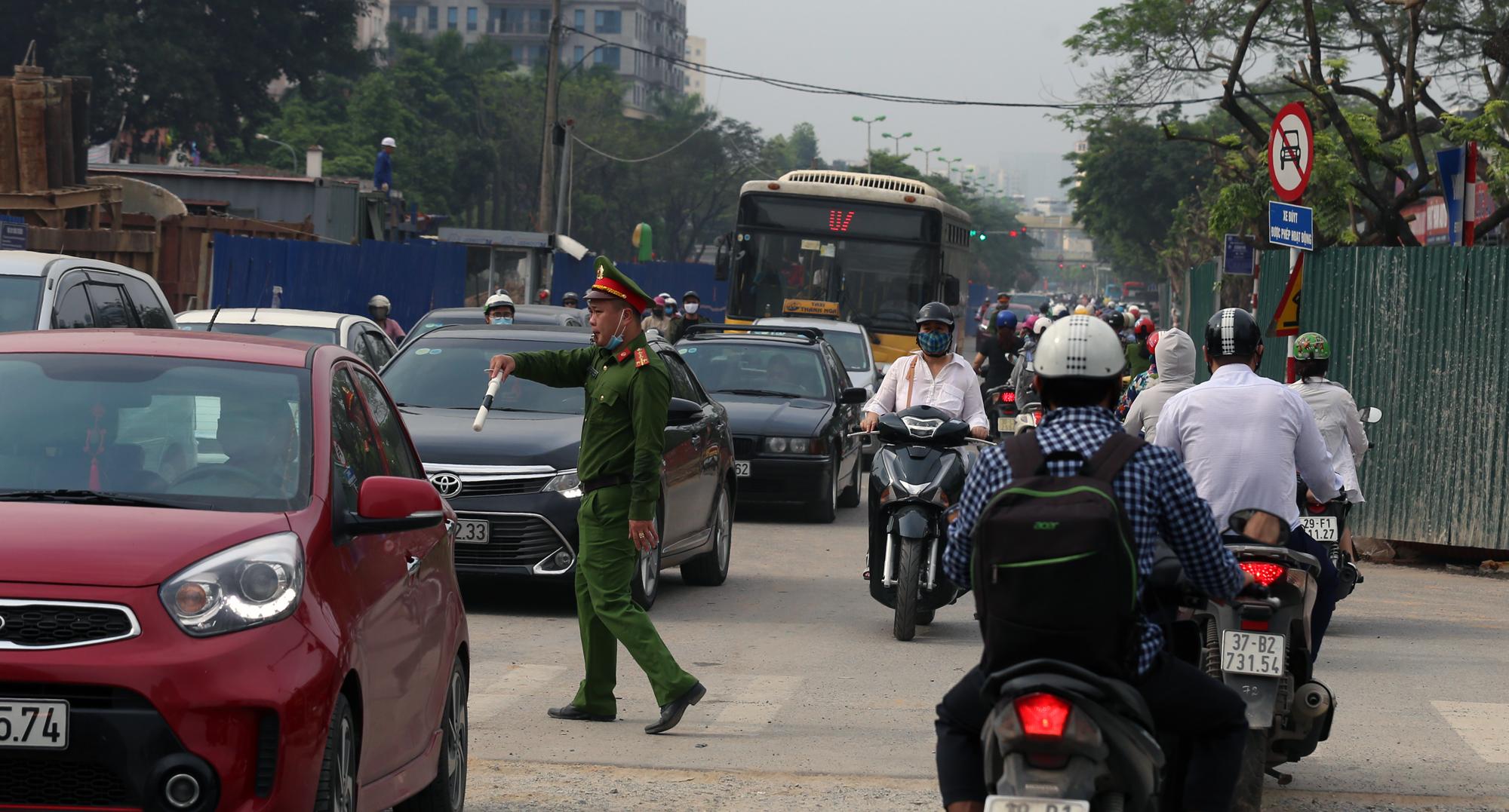 Chật vật qua nút giao Hoàng Quốc Việt - Nguyễn Văn Huyên đang xây cầu vượt - Ảnh 18.
