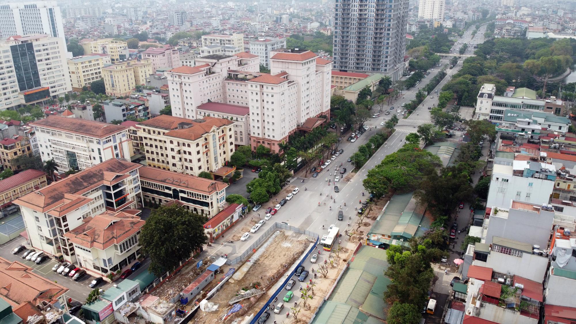 Chật vật qua nút giao Hoàng Quốc Việt - Nguyễn Văn Huyên đang xây cầu vượt - Ảnh 3.