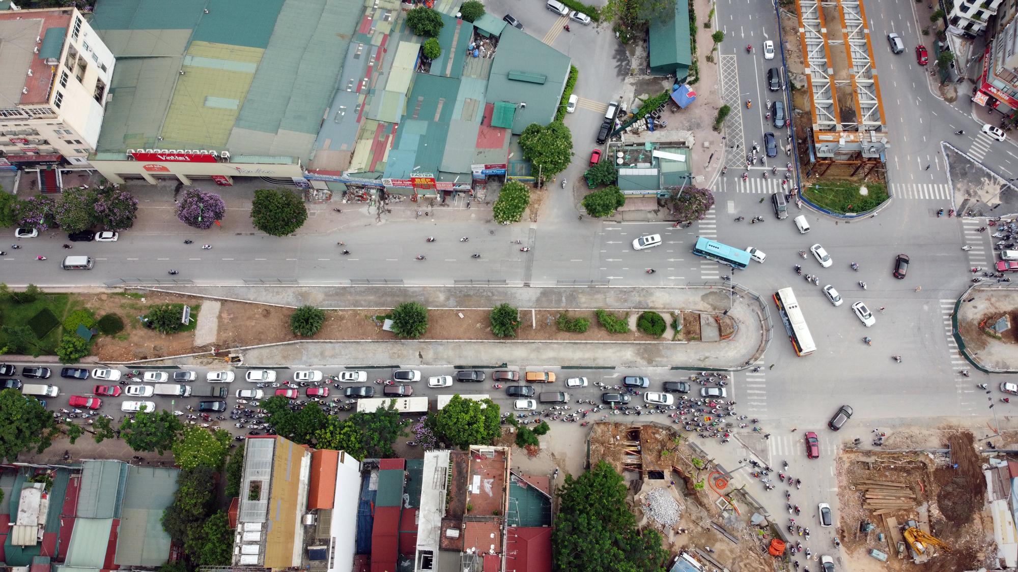 Chật vật qua nút giao Hoàng Quốc Việt - Nguyễn Văn Huyên đang xây cầu vượt - Ảnh 4.