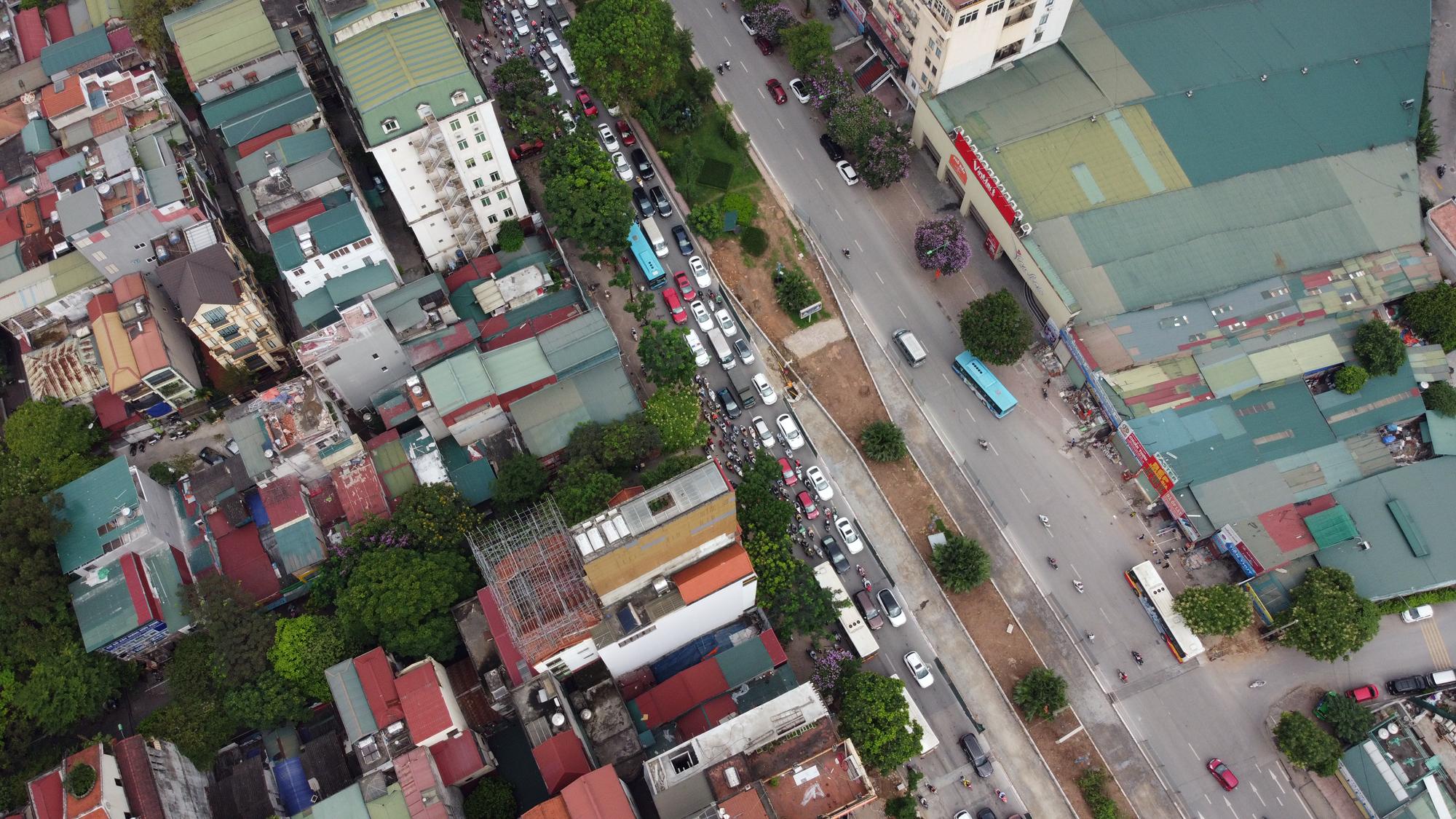 Chật vật qua nút giao Hoàng Quốc Việt - Nguyễn Văn Huyên đang xây cầu vượt - Ảnh 5.