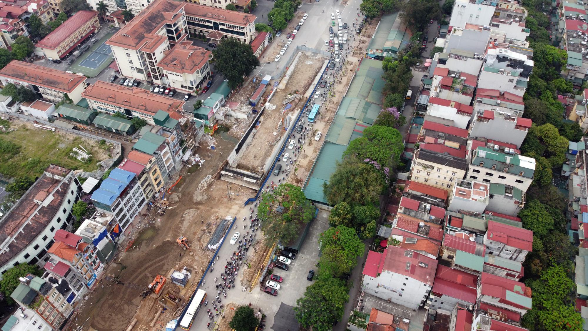 Chật vật qua nút giao Hoàng Quốc Việt - Nguyễn Văn Huyên đang xây cầu vượt - Ảnh 7.