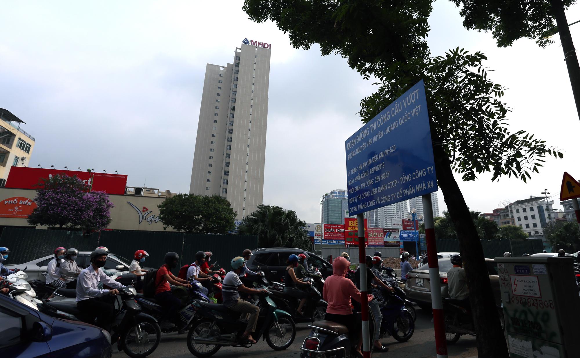 Chật vật qua nút giao Hoàng Quốc Việt - Nguyễn Văn Huyên đang xây cầu vượt - Ảnh 8.