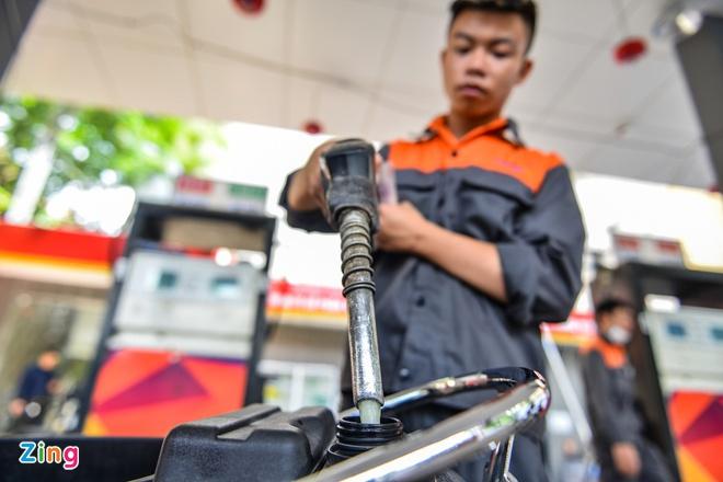 Giá xăng dầu thấp kỉ lục, nhà sản xuất và phân phối ôm lỗ nặng - Ảnh 1.