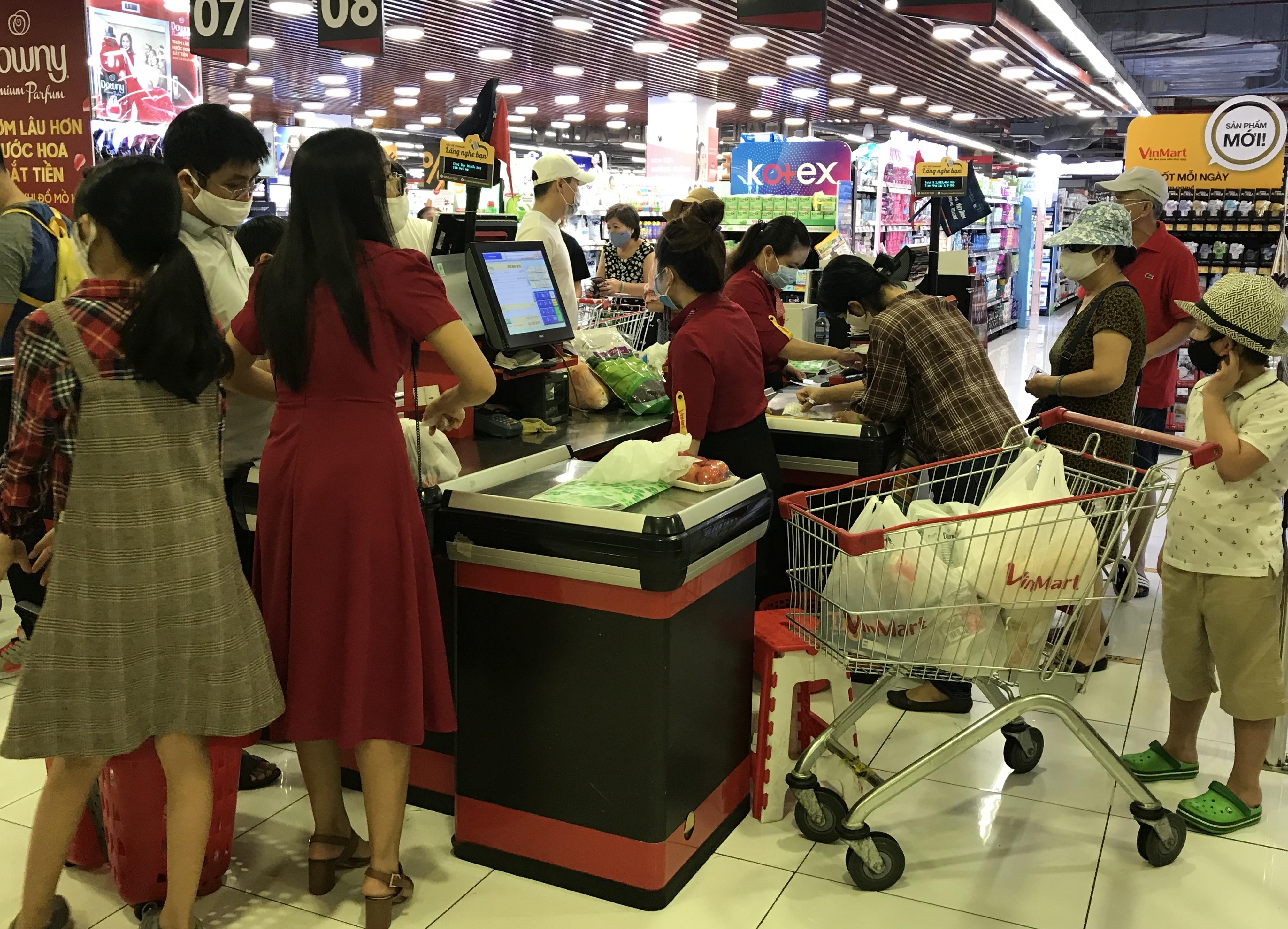Siêu thị đông đúc cuối tuần, người Sài Gòn mua thịt heo, hải sản giảm giá đến 20.000-60.000 đồng/kg ăn lễ - Ảnh 15.