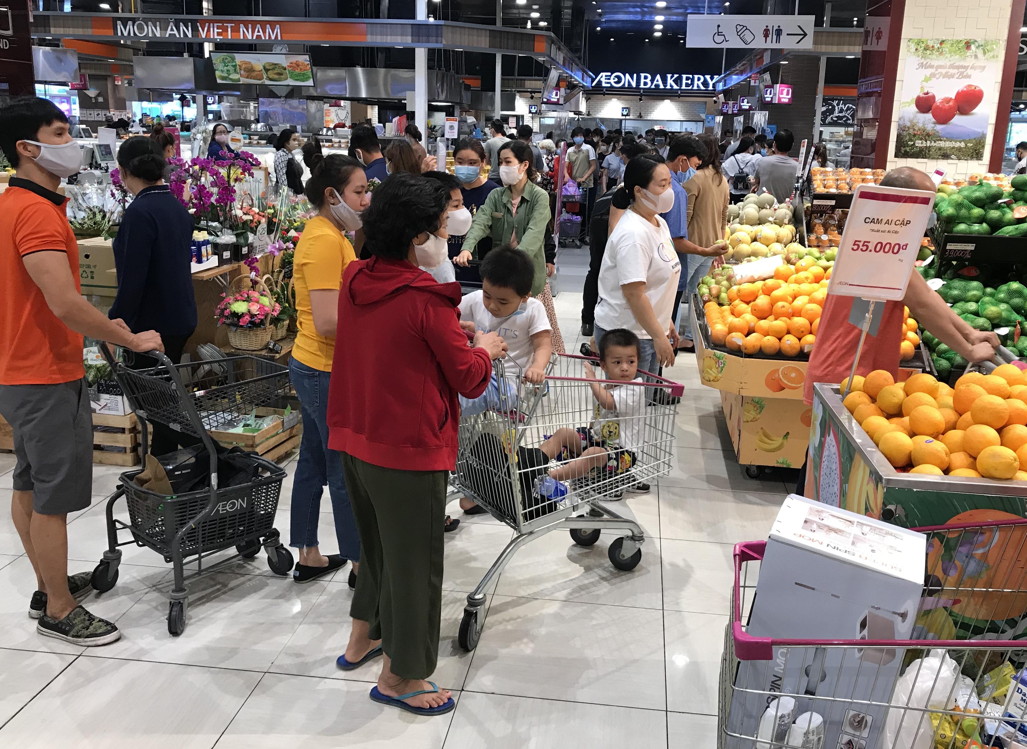 Siêu thị đông đúc cuối tuần, người Sài Gòn mua thịt heo, hải sản giảm giá đến 20.000-60.000 đồng/kg ăn lễ - Ảnh 1.