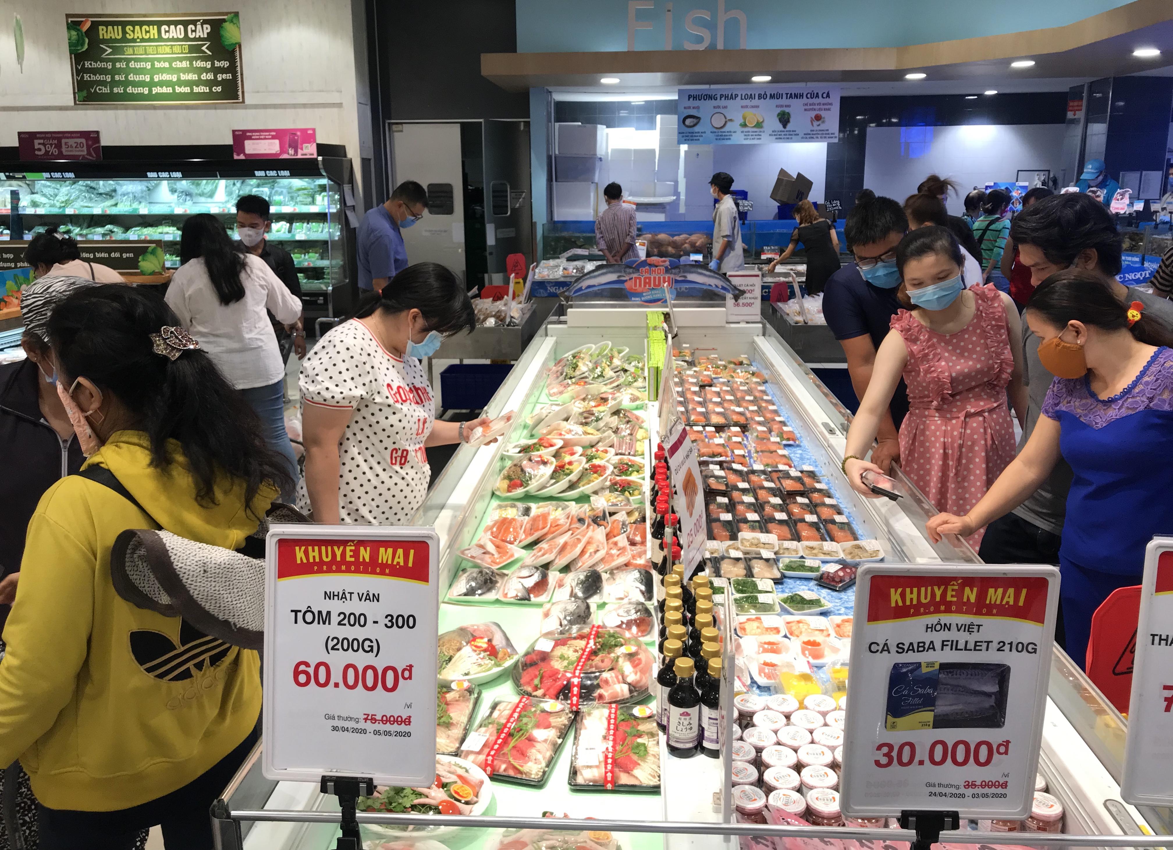 Siêu thị đông đúc cuối tuần, người Sài Gòn mua thịt heo, hải sản giảm giá đến 20.000-60.000 đồng/kg ăn lễ - Ảnh 4.