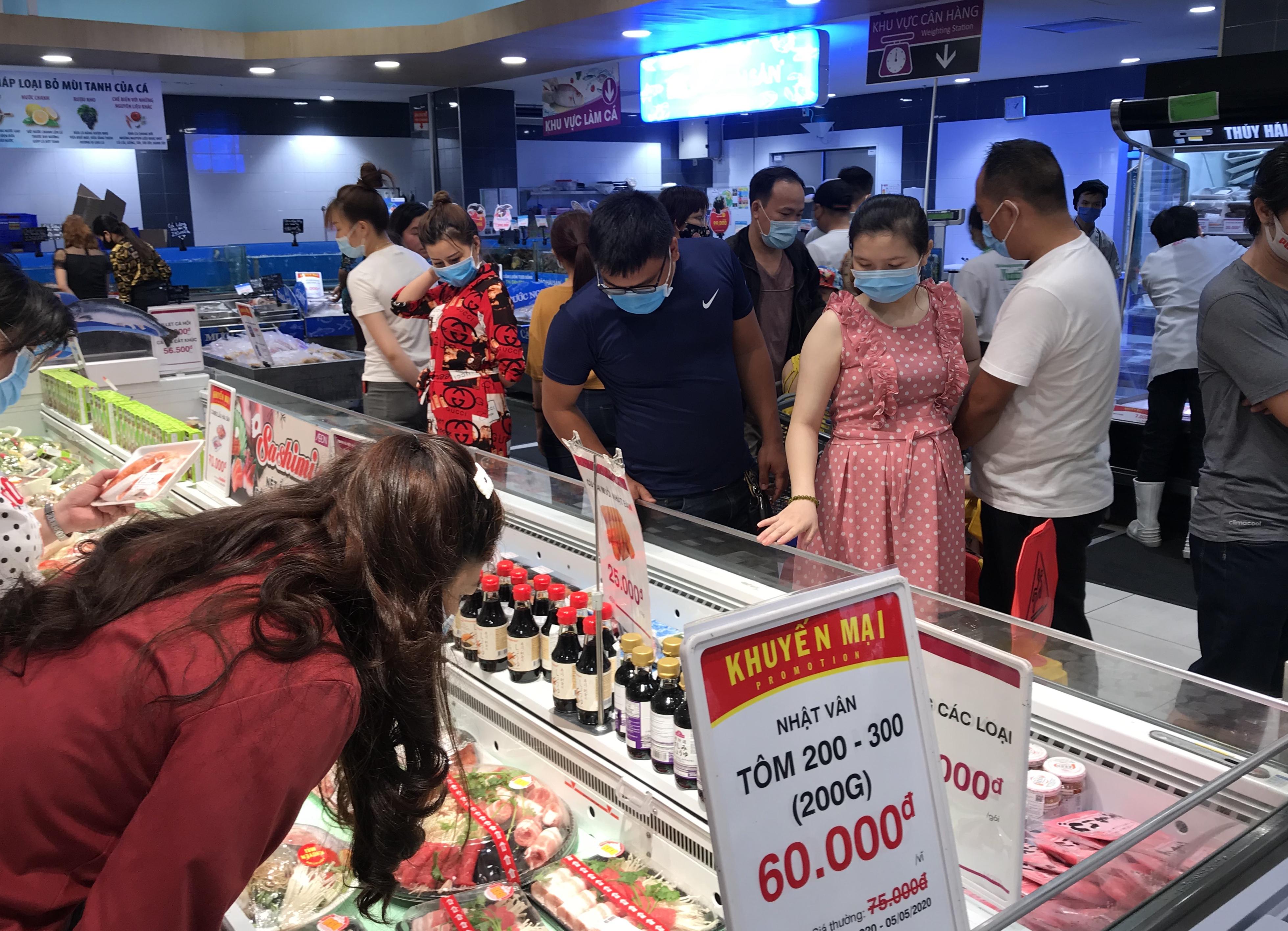Siêu thị đông đúc cuối tuần, người Sài Gòn mua thịt heo, hải sản giảm giá đến 20.000-60.000 đồng/kg ăn lễ - Ảnh 5.