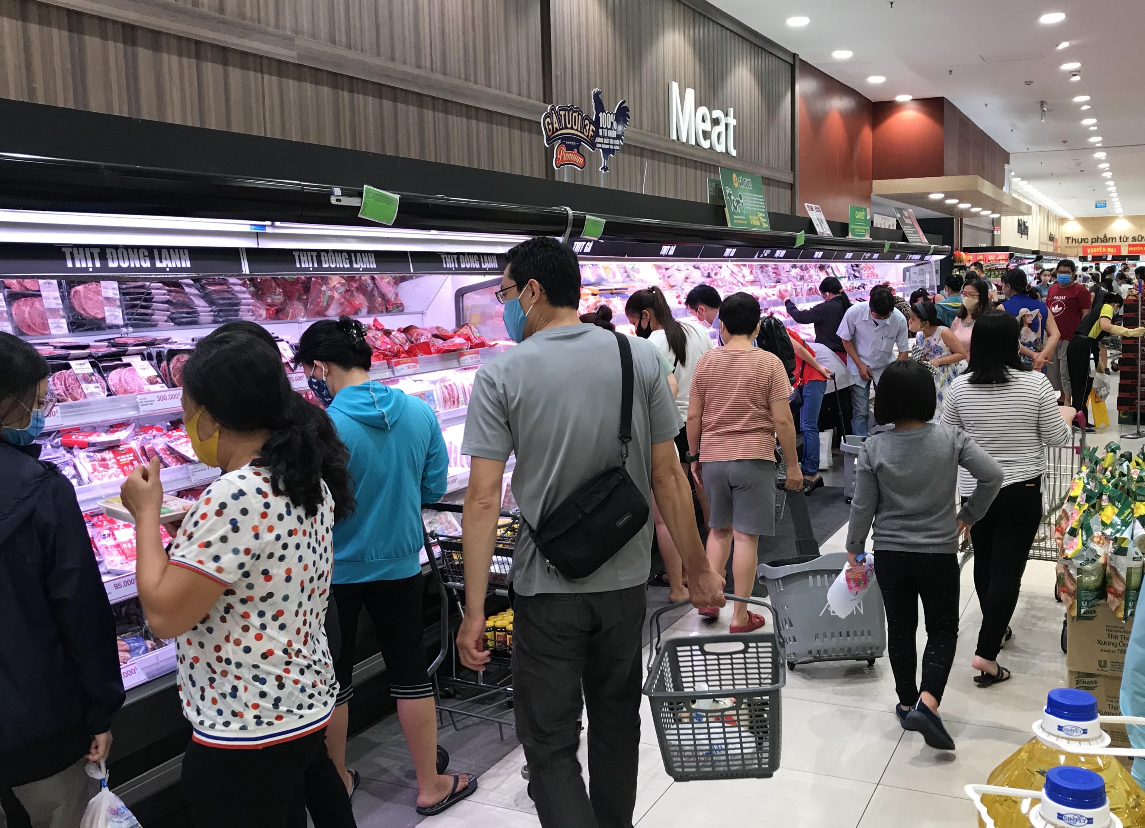 Siêu thị đông đúc cuối tuần, người Sài Gòn mua thịt heo, hải sản giảm giá đến 20.000-60.000 đồng/kg ăn lễ - Ảnh 2.