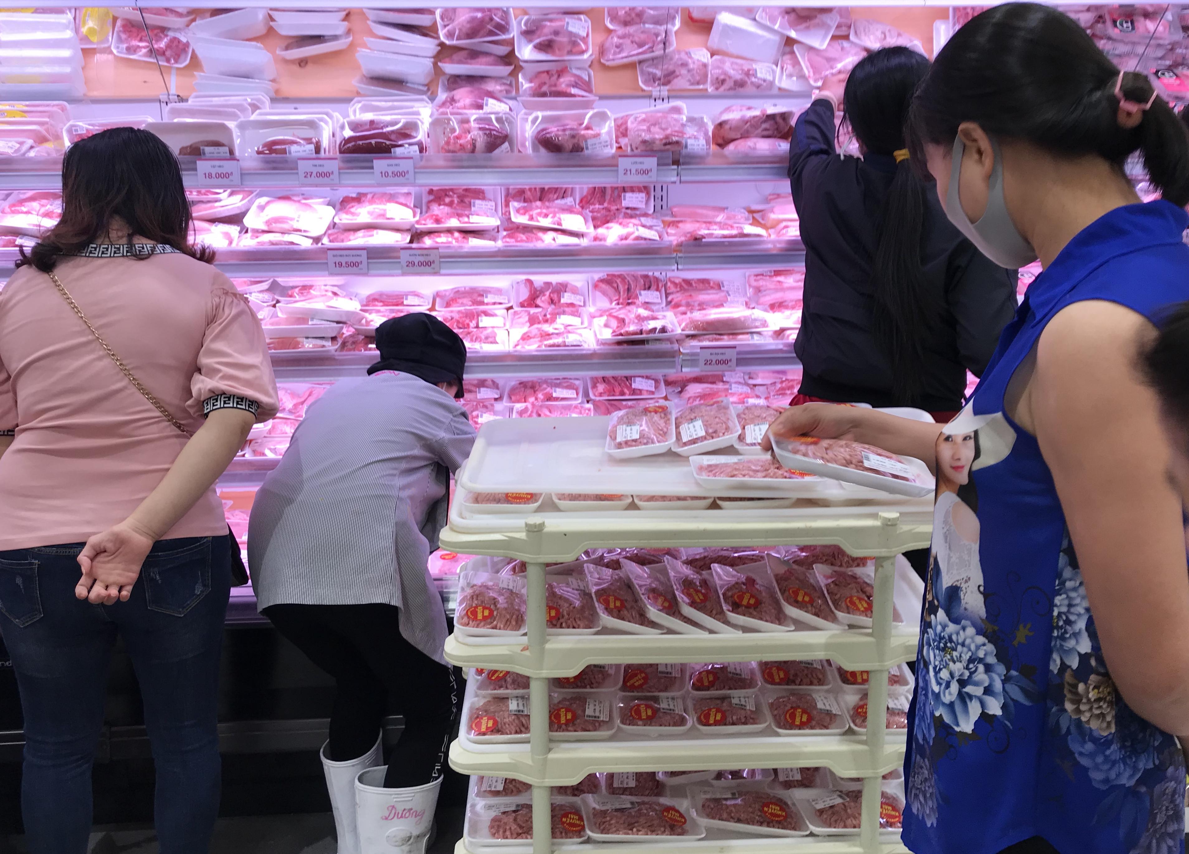 Siêu thị đông đúc cuối tuần, người Sài Gòn mua thịt heo, hải sản giảm giá đến 20.000-60.000 đồng/kg ăn lễ - Ảnh 8.